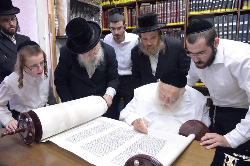 resized_הכנסת ס''ת כתיבת אות אצל הגר''ח צילם משה גולדשטיין (4)