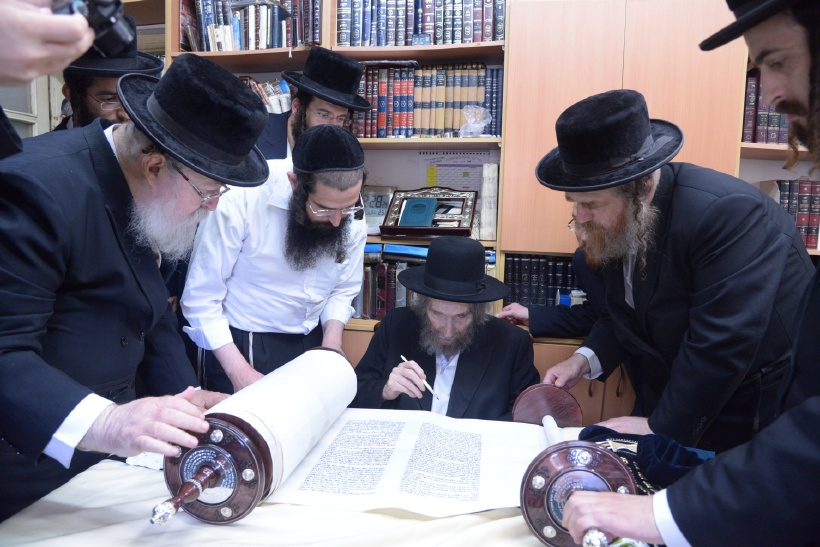 resized_הכנסת ס''ת כתיבת אות של הגראי''ל צילם משה גולדשטיין (1)
