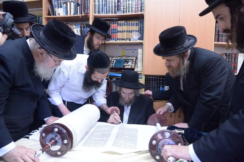 resized_הכנסת ס''ת כתיבת אות של הגראי''ל צילם משה גולדשטיין (2)