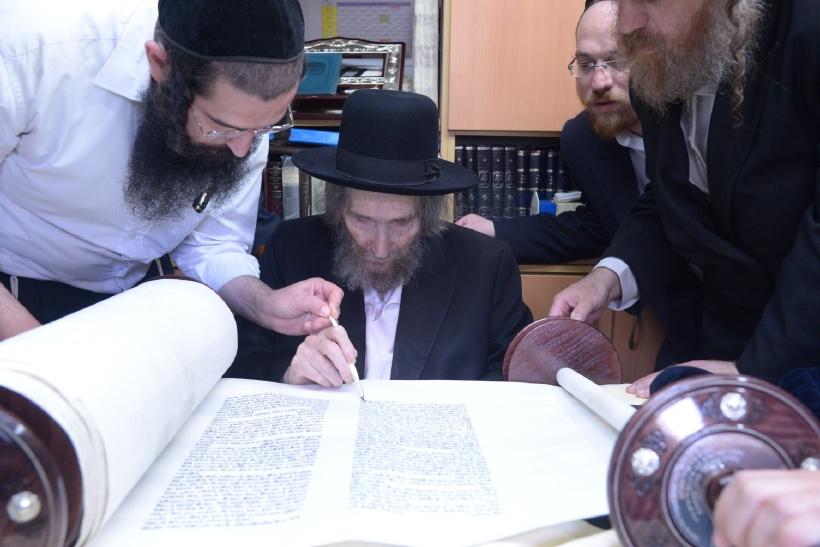 resized_הכנסת ס''ת כתיבת אות של הגראי''ל צילם משה גולדשטיין (4)