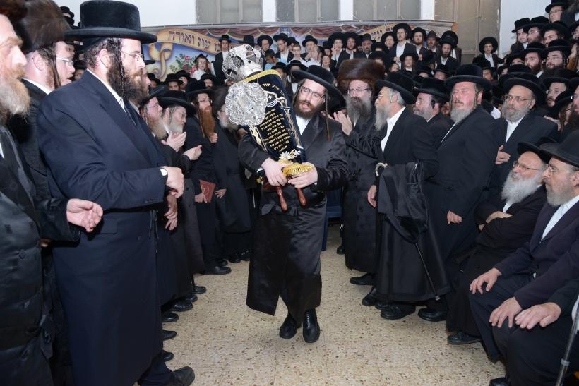 resized_הכנסת ס''ת צילם משה גולדשטיין (1)