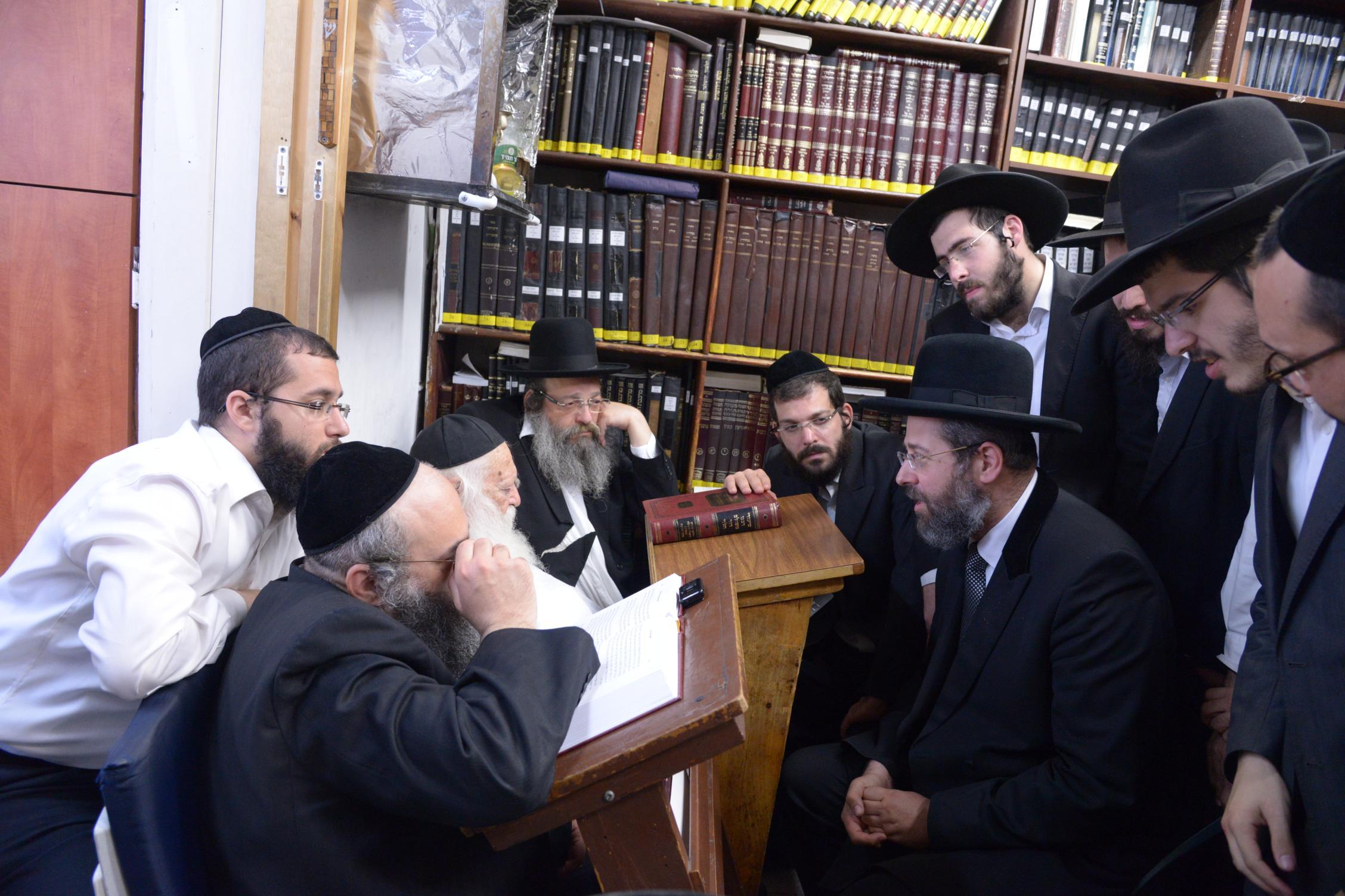 ניחום אבלים אצל מרן הגר''ח בהם הגאב''ד, הרב לאו, נבנצל ועוד צילם משה גולדשטיין (1)