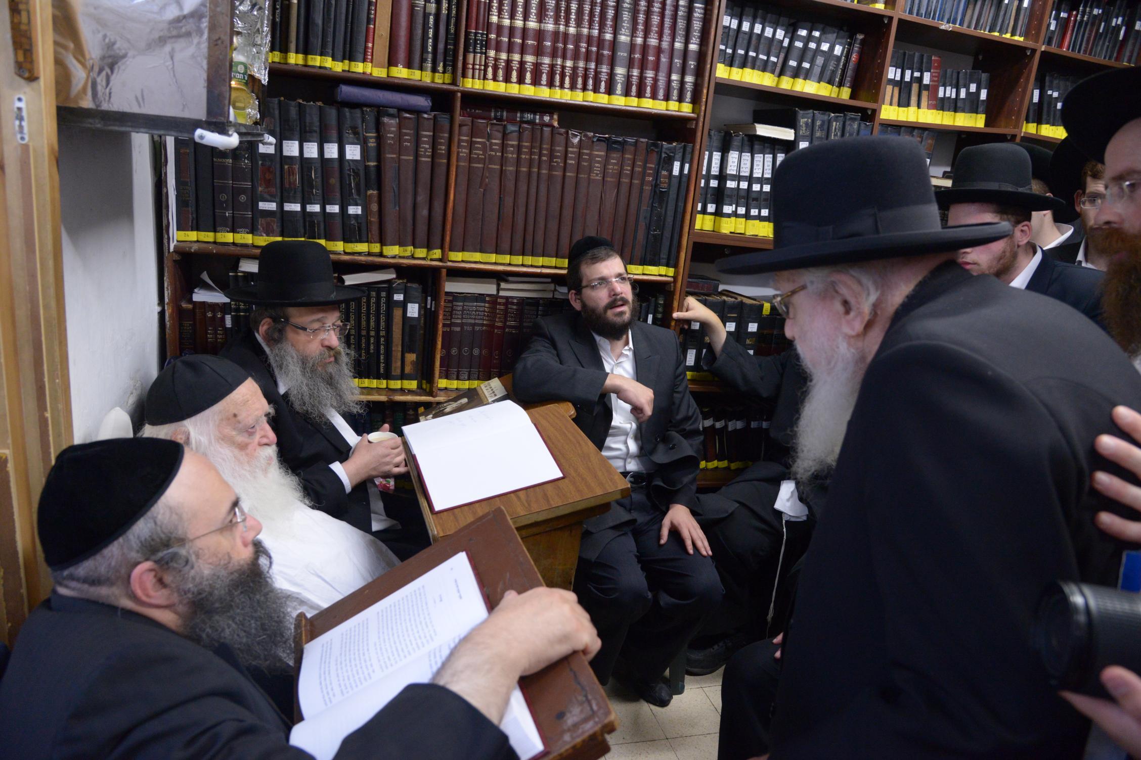 ניחום אבלים אצל מרן הגר''ח בהם הגאב''ד, הרב לאו, נבנצל ועוד צילם משה גולדשטיין (10)