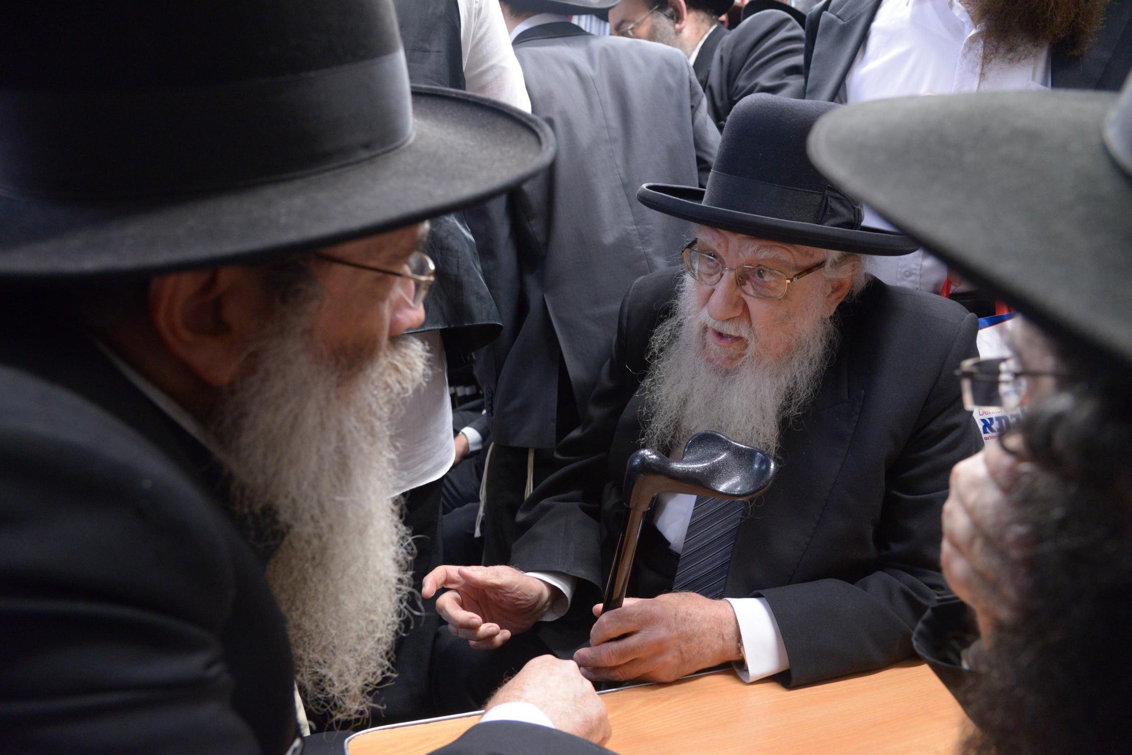 ניחום אבלים אצל מרן הגר''ח בהם הגאב''ד, הרב לאו, נבנצל ועוד צילם משה גולדשטיין (11)