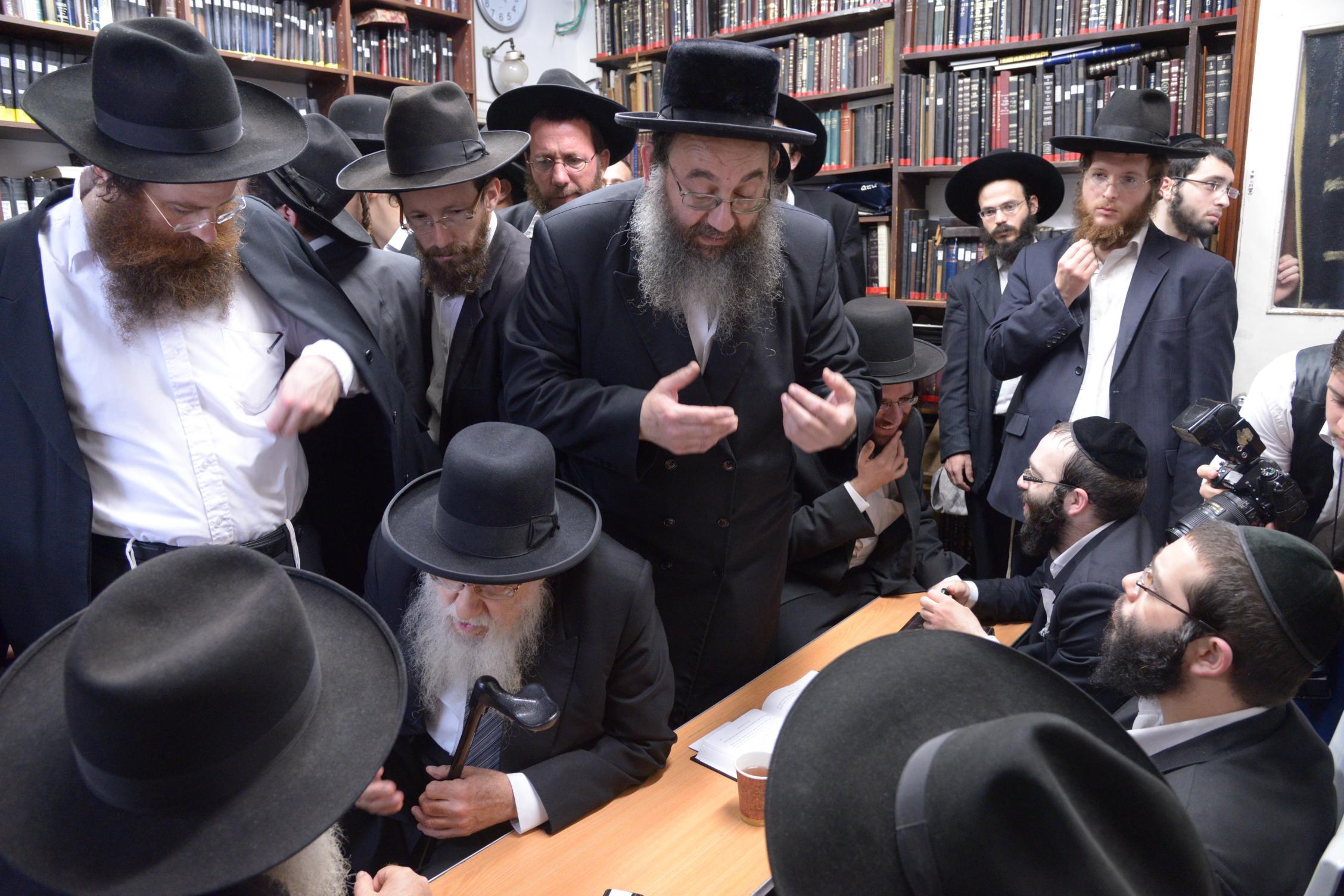 ניחום אבלים אצל מרן הגר''ח בהם הגאב''ד, הרב לאו, נבנצל ועוד צילם משה גולדשטיין (12)