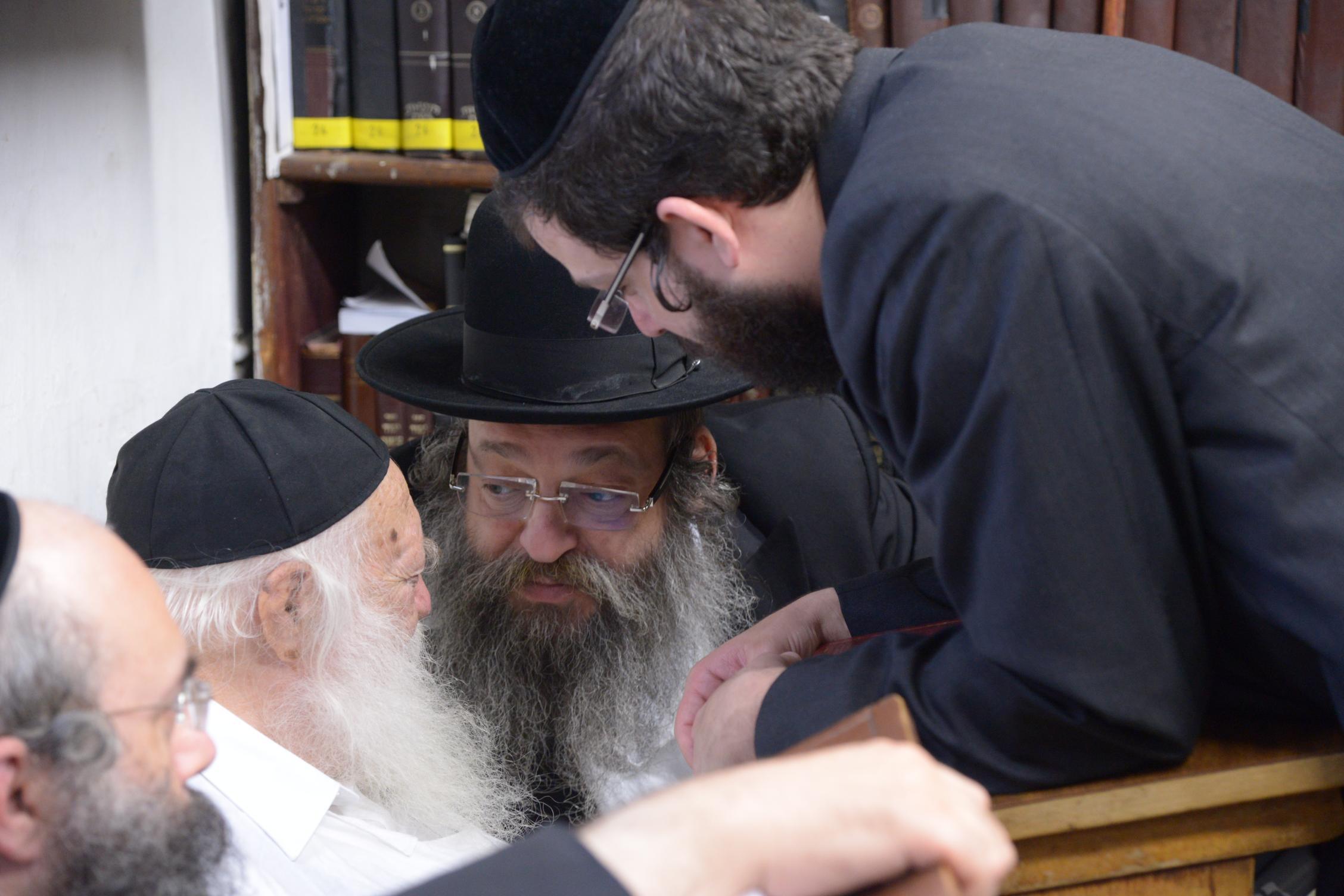 ניחום אבלים אצל מרן הגר''ח בהם הגאב''ד, הרב לאו, נבנצל ועוד צילם משה גולדשטיין (13)