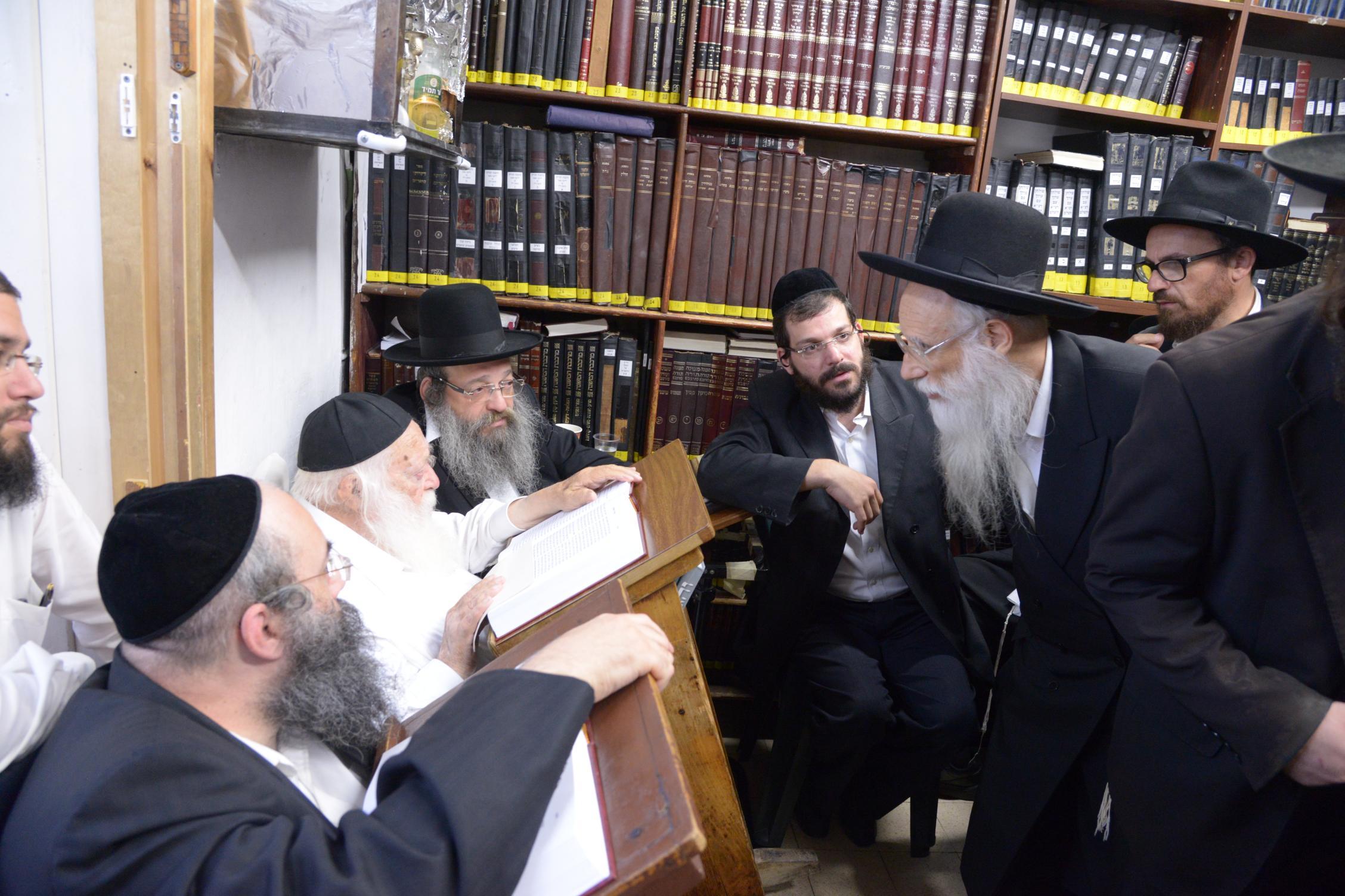 ניחום אבלים אצל מרן הגר''ח בהם הגאב''ד, הרב לאו, נבנצל ועוד צילם משה גולדשטיין (14)