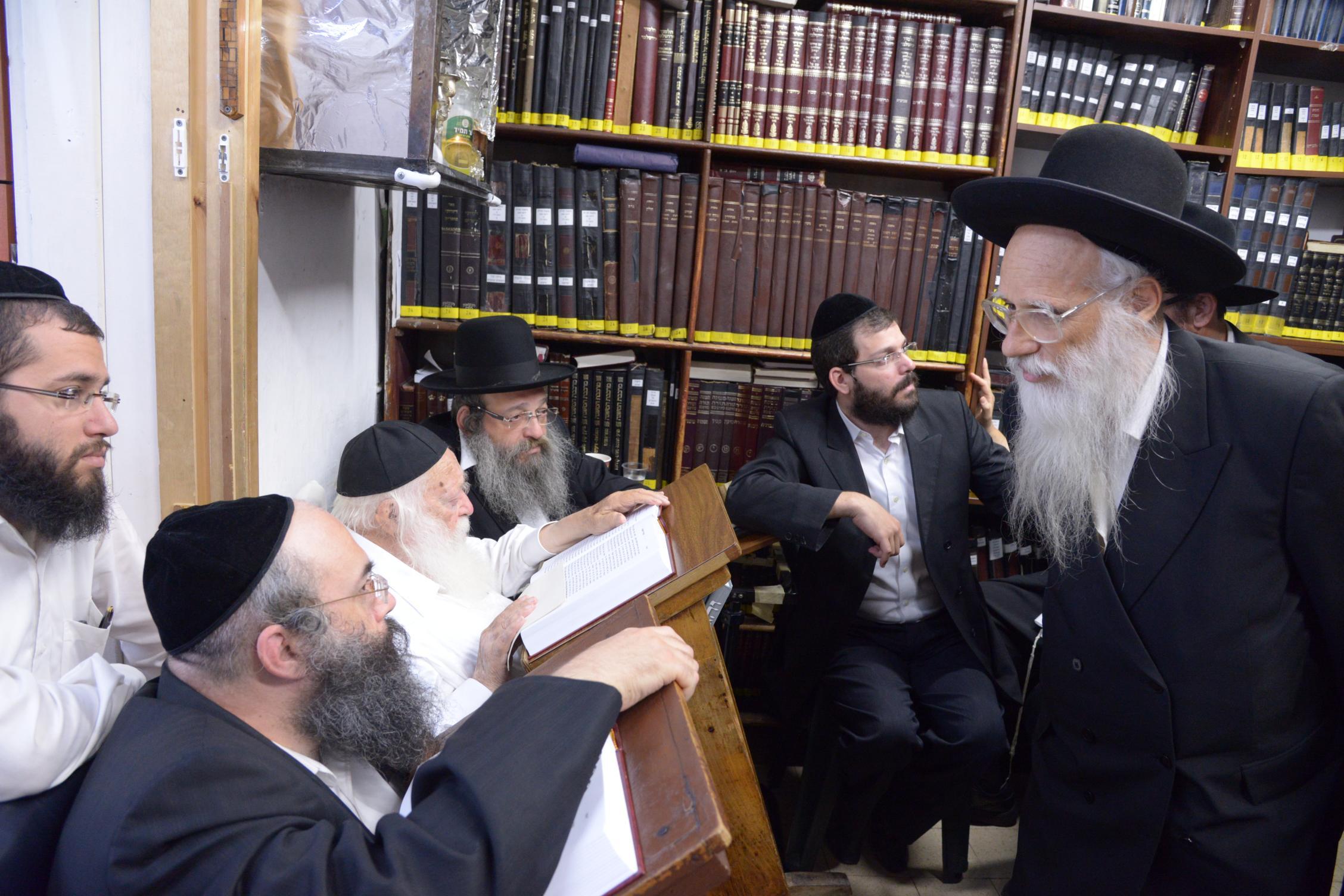 ניחום אבלים אצל מרן הגר''ח בהם הגאב''ד, הרב לאו, נבנצל ועוד צילם משה גולדשטיין (15)