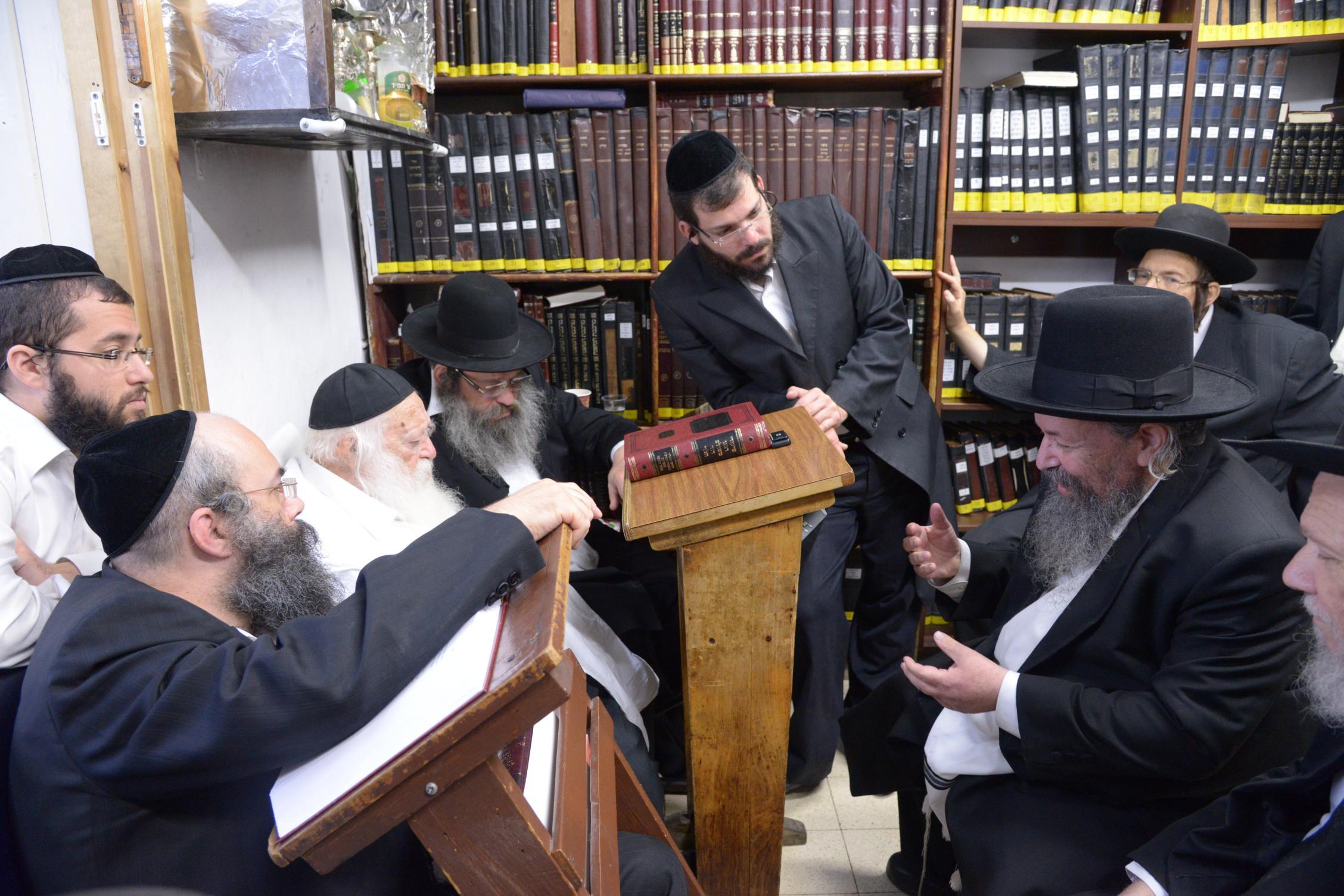 ניחום אבלים אצל מרן הגר''ח בהם הגאב''ד, הרב לאו, נבנצל ועוד צילם משה גולדשטיין (16)