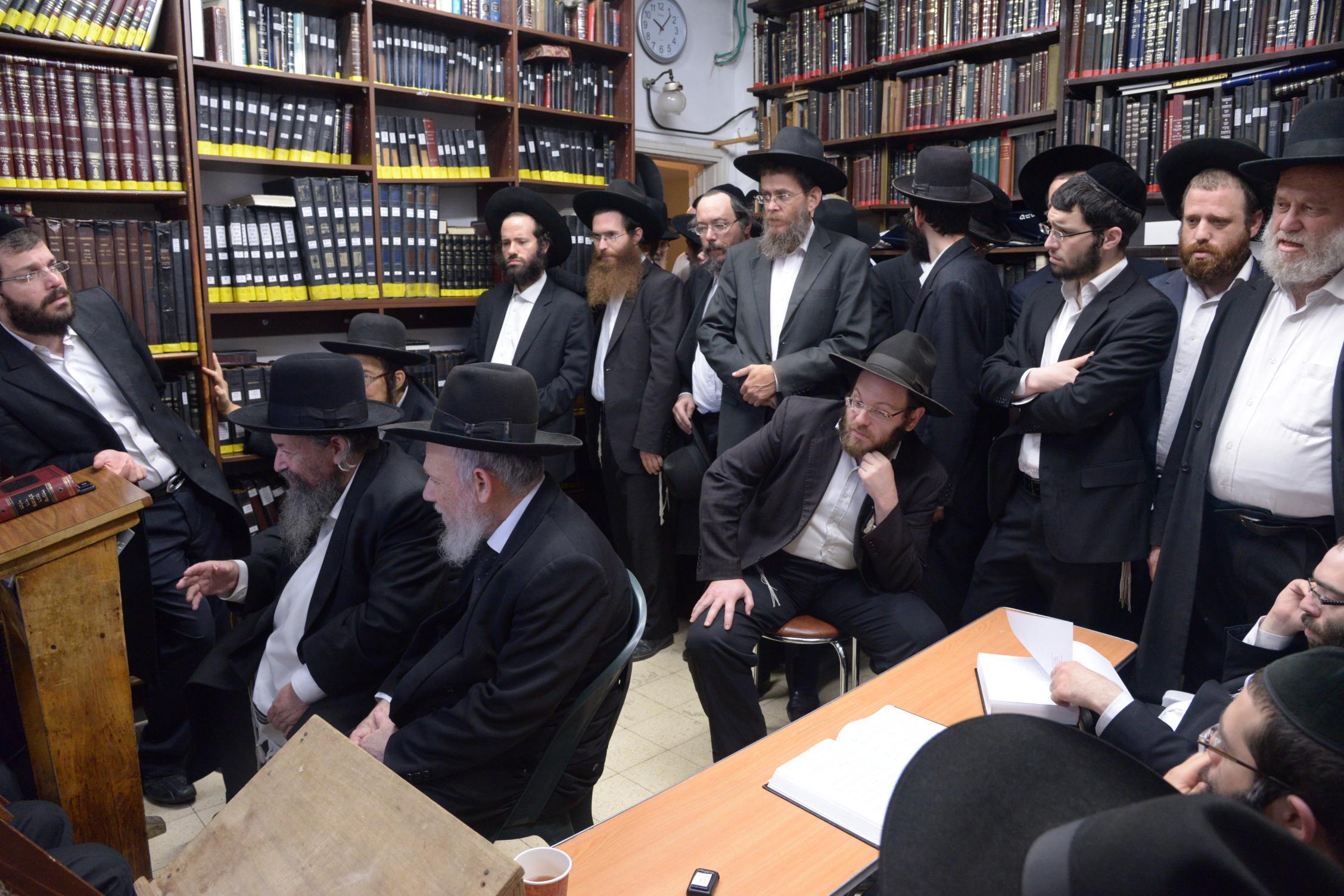 ניחום אבלים אצל מרן הגר''ח בהם הגאב''ד, הרב לאו, נבנצל ועוד צילם משה גולדשטיין (17)