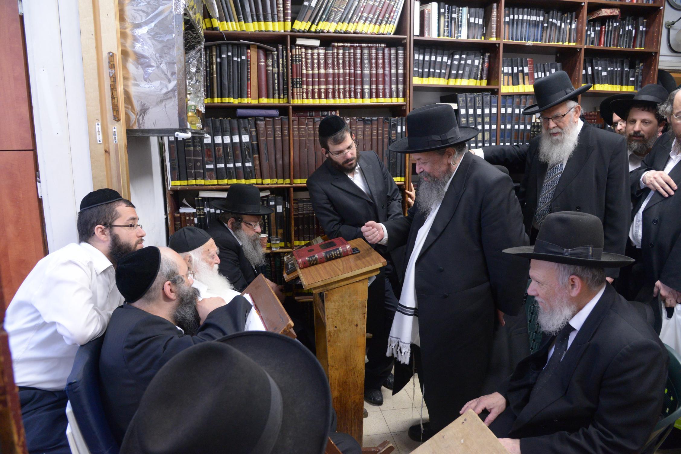 ניחום אבלים אצל מרן הגר''ח בהם הגאב''ד, הרב לאו, נבנצל ועוד צילם משה גולדשטיין (18)