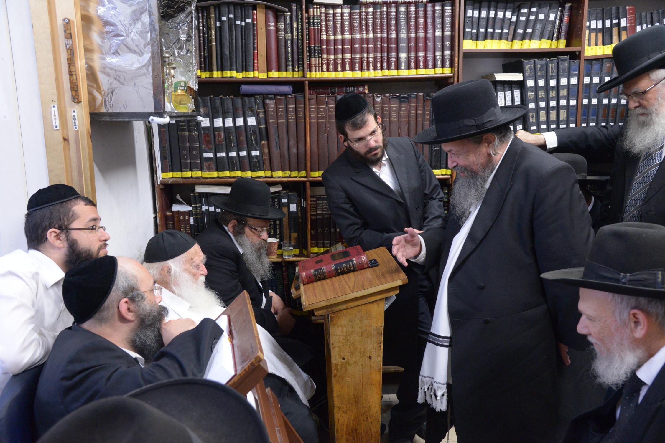 ניחום אבלים אצל מרן הגר''ח בהם הגאב''ד, הרב לאו, נבנצל ועוד צילם משה גולדשטיין (19)