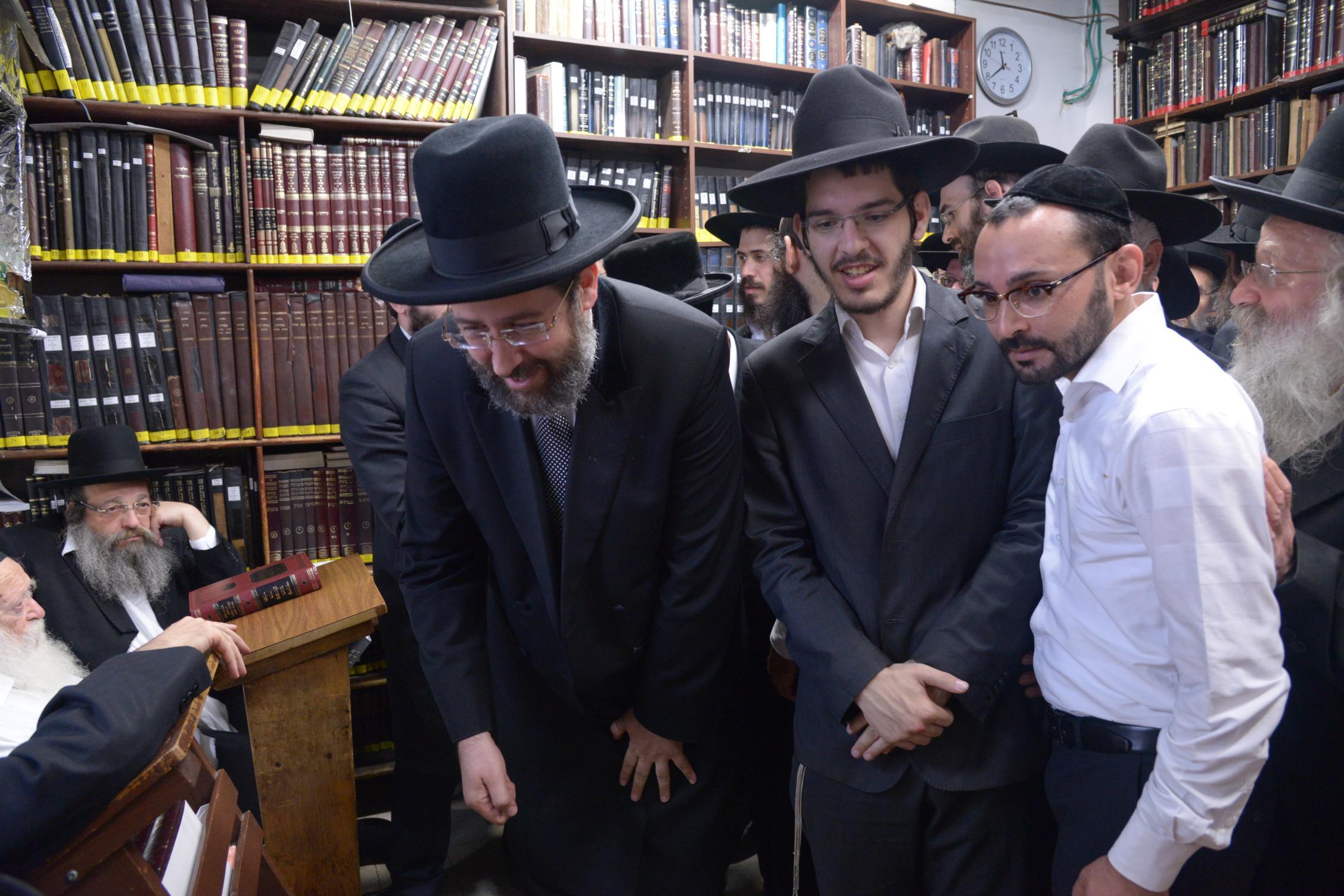 ניחום אבלים אצל מרן הגר''ח בהם הגאב''ד, הרב לאו, נבנצל ועוד צילם משה גולדשטיין (2)