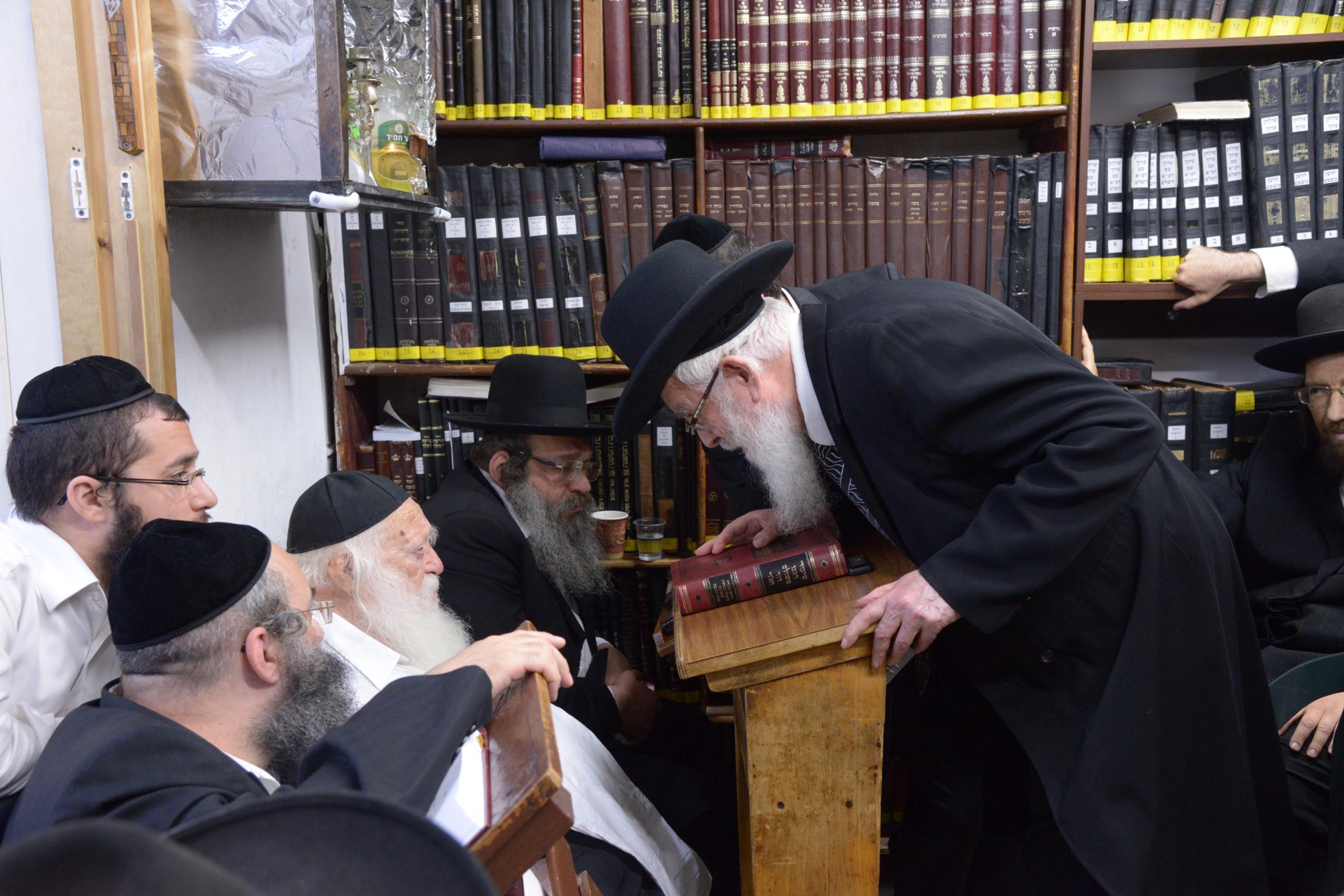 ניחום אבלים אצל מרן הגר''ח בהם הגאב''ד, הרב לאו, נבנצל ועוד צילם משה גולדשטיין (20)