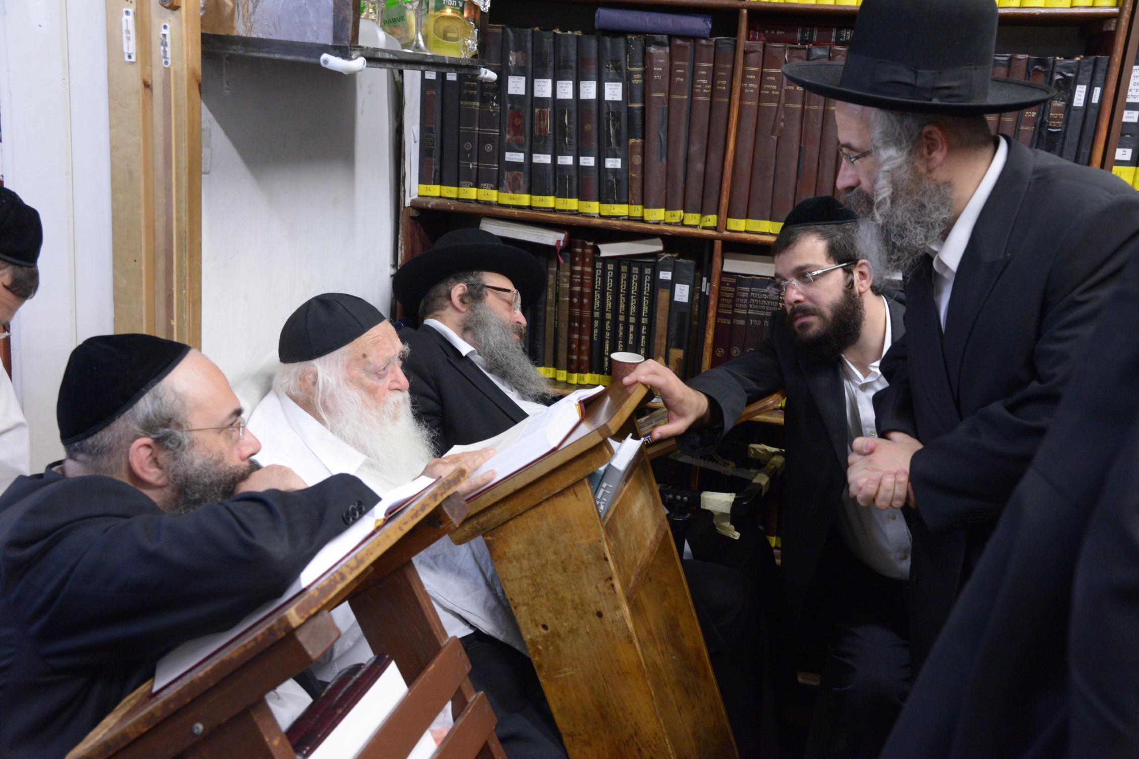 ניחום אבלים אצל מרן הגר''ח בהם הגאב''ד, הרב לאו, נבנצל ועוד צילם משה גולדשטיין (21)