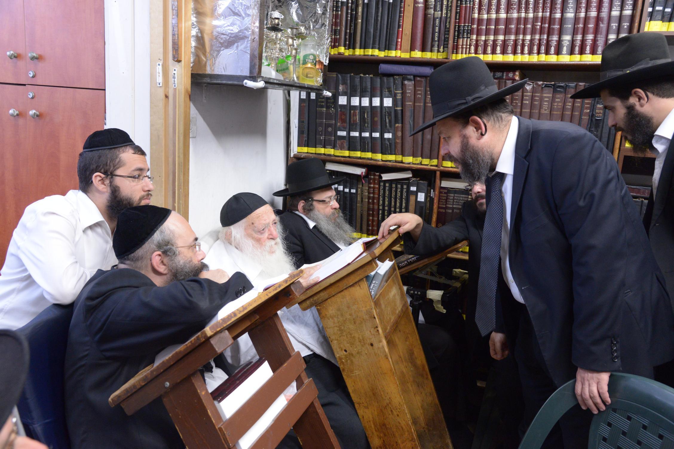 ניחום אבלים אצל מרן הגר''ח בהם הגאב''ד, הרב לאו, נבנצל ועוד צילם משה גולדשטיין (22)