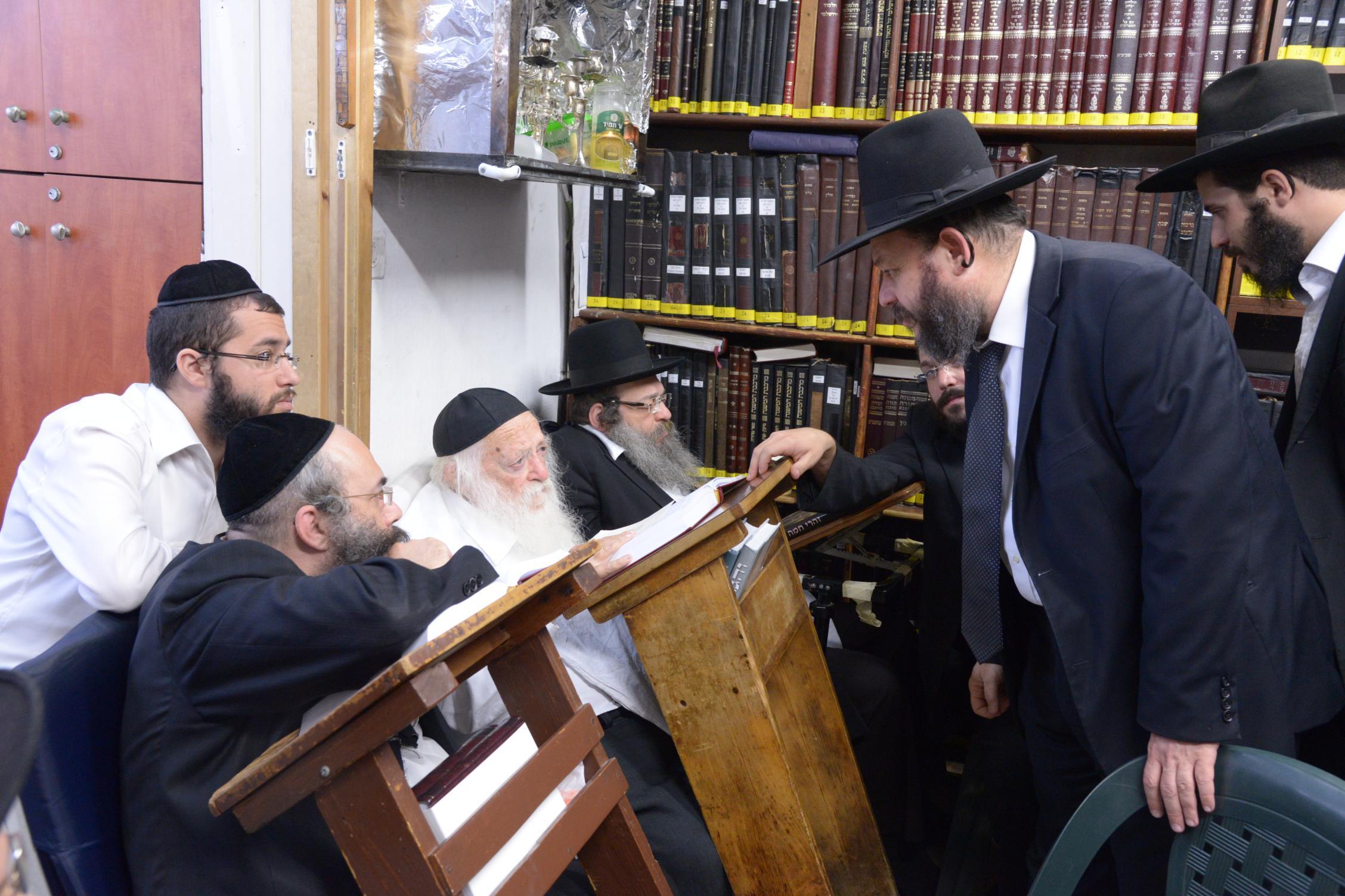 ניחום אבלים אצל מרן הגר''ח בהם הגאב''ד, הרב לאו, נבנצל ועוד צילם משה גולדשטיין (23)