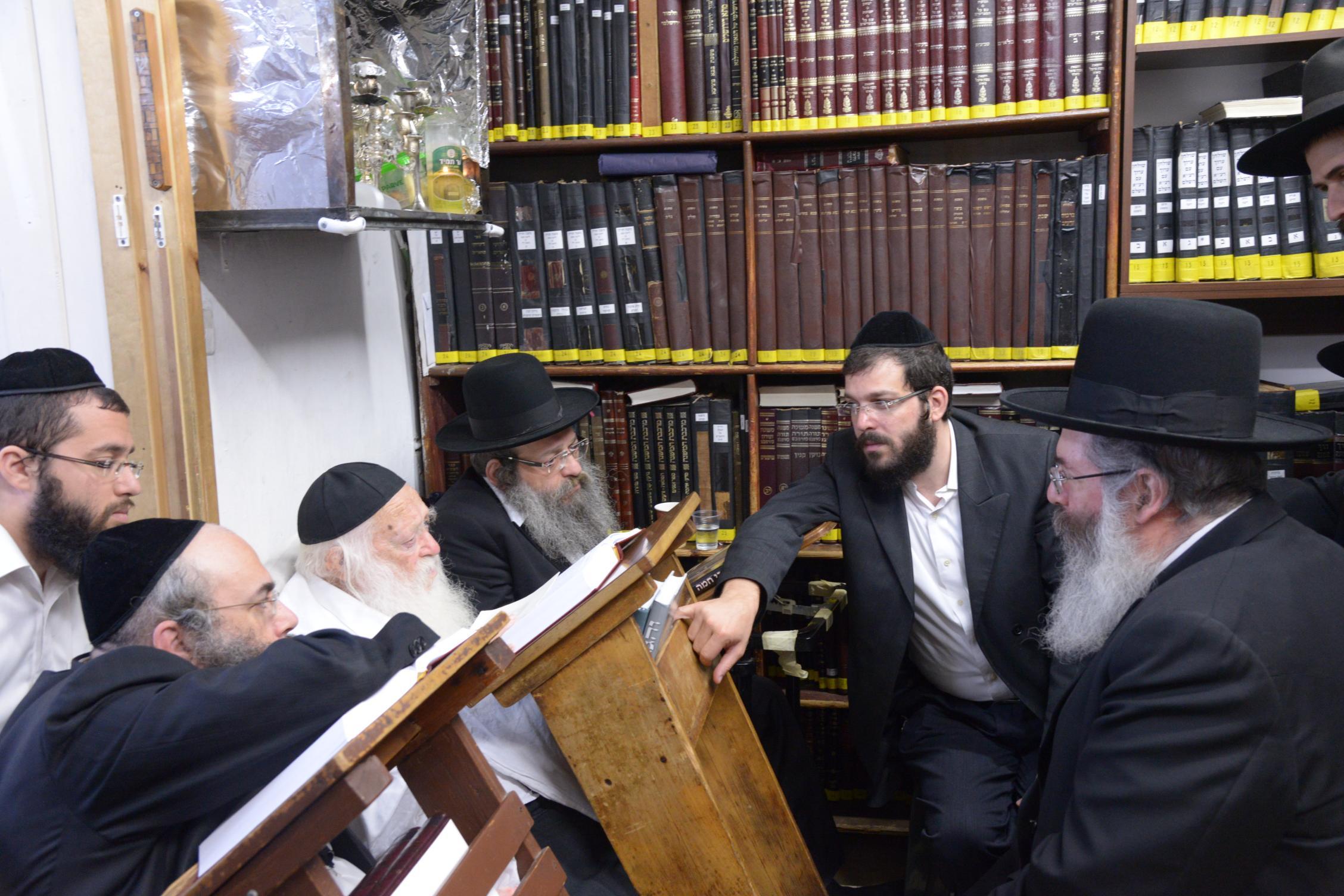 ניחום אבלים אצל מרן הגר''ח בהם הגאב''ד, הרב לאו, נבנצל ועוד צילם משה גולדשטיין (24)