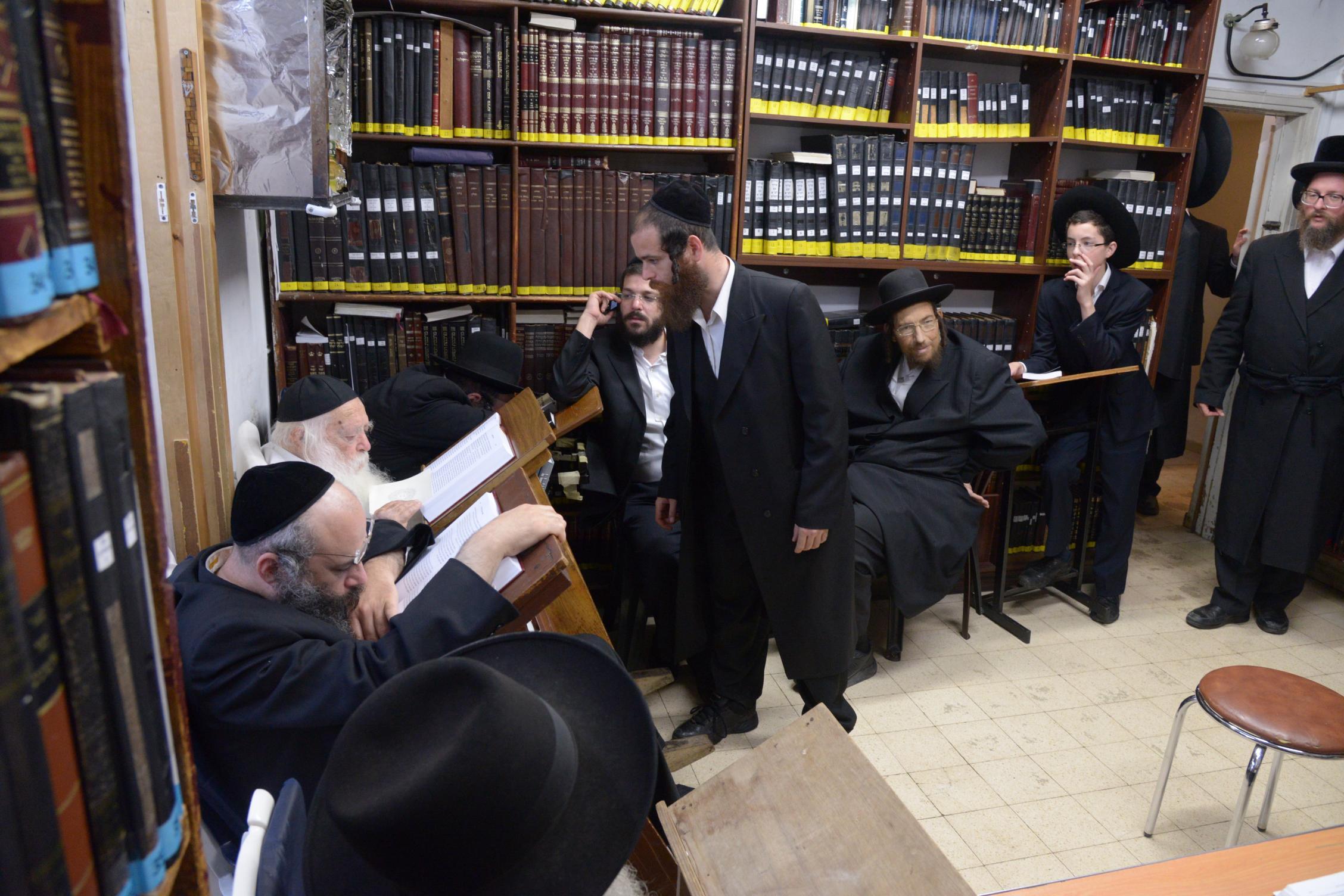 ניחום אבלים אצל מרן הגר''ח בהם הגאב''ד, הרב לאו, נבנצל ועוד צילם משה גולדשטיין (25)