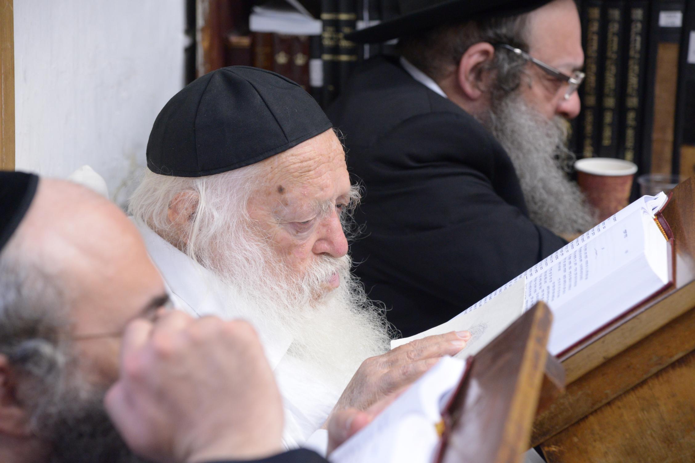 ניחום אבלים אצל מרן הגר''ח בהם הגאב''ד, הרב לאו, נבנצל ועוד צילם משה גולדשטיין (26)