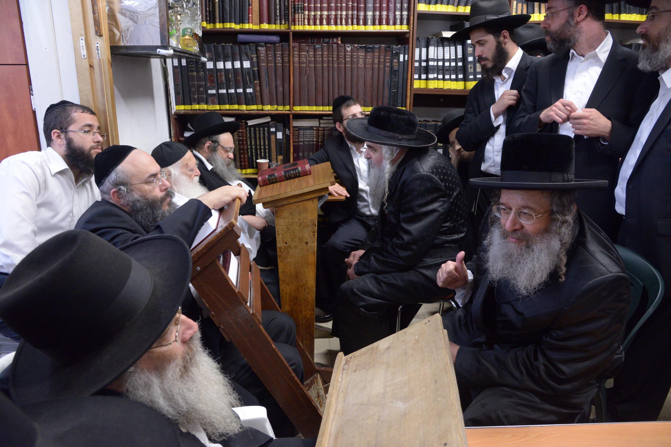 ניחום אבלים אצל מרן הגר''ח בהם הגאב''ד, הרב לאו, נבנצל ועוד צילם משה גולדשטיין (27)