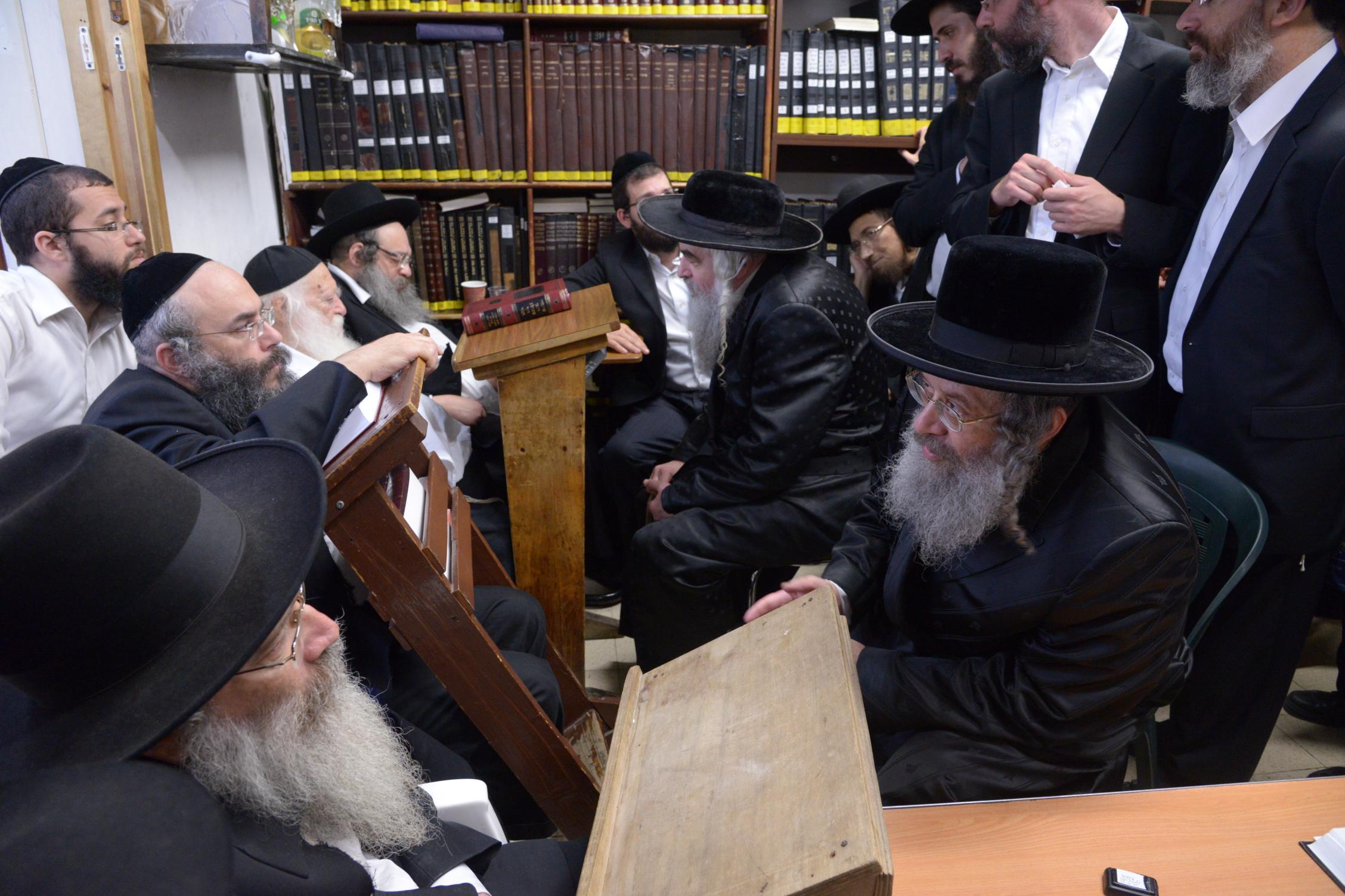 ניחום אבלים אצל מרן הגר''ח בהם הגאב''ד, הרב לאו, נבנצל ועוד צילם משה גולדשטיין (28)