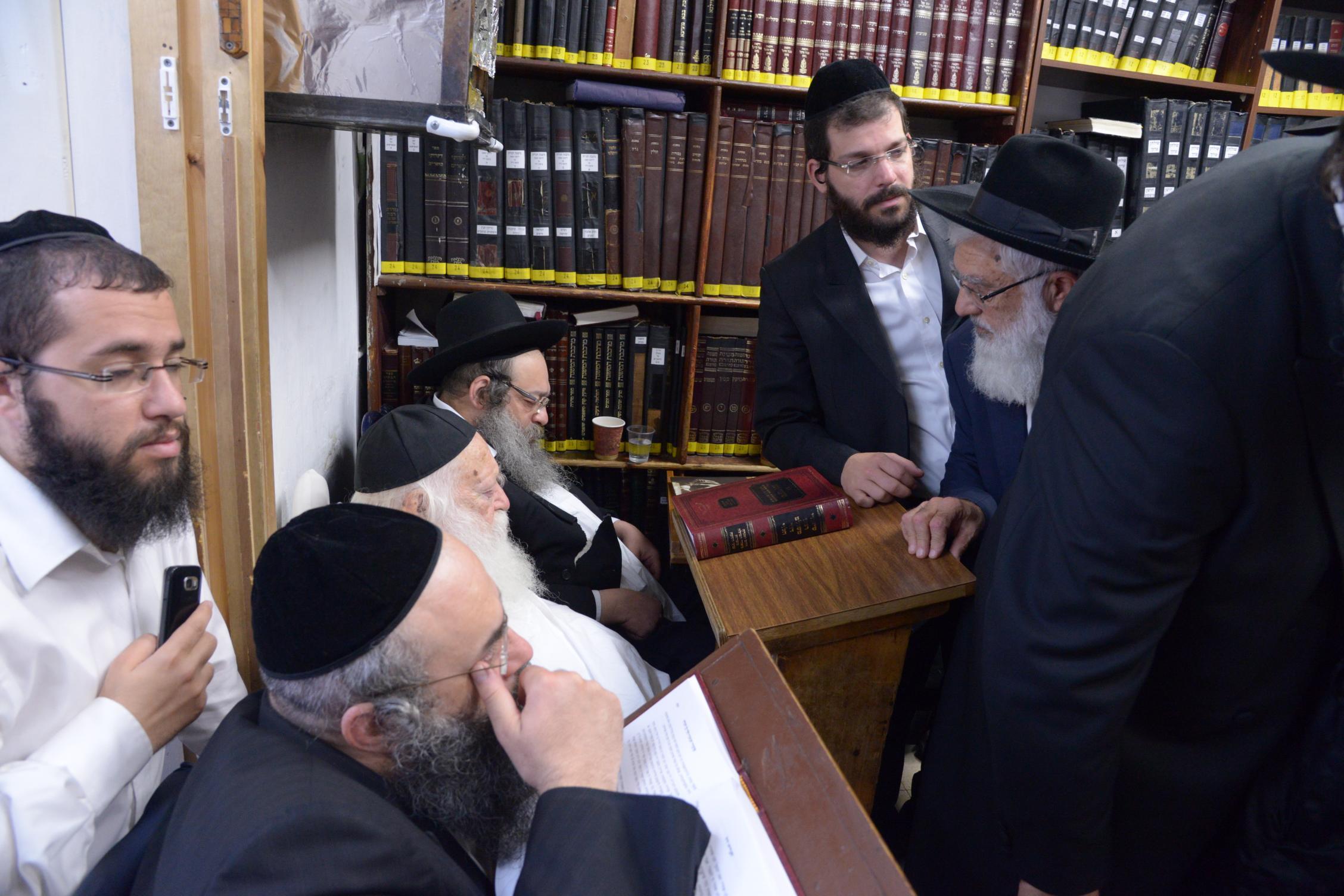 ניחום אבלים אצל מרן הגר''ח בהם הגאב''ד, הרב לאו, נבנצל ועוד צילם משה גולדשטיין (29)
