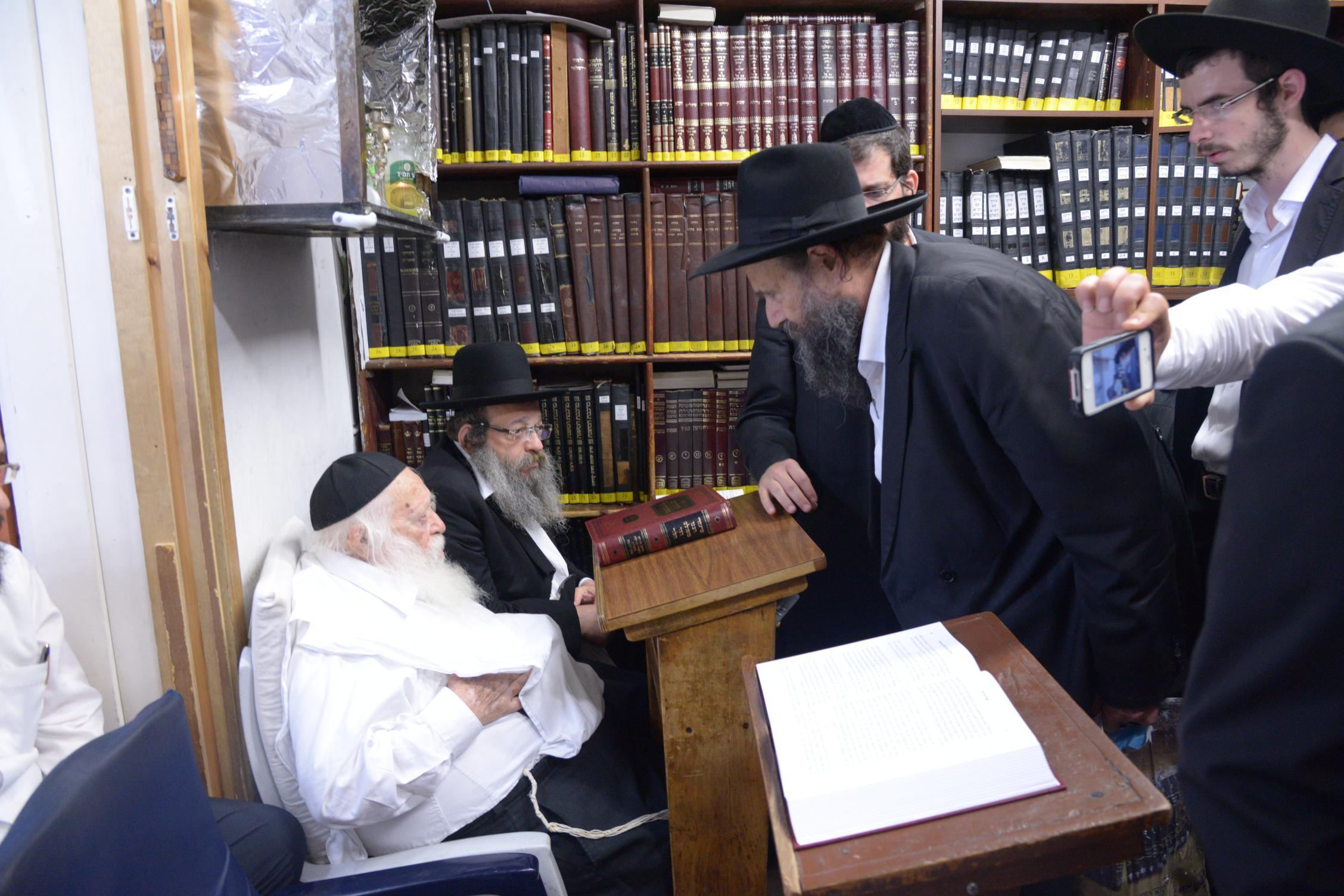 ניחום אבלים אצל מרן הגר''ח בהם הגאב''ד, הרב לאו, נבנצל ועוד צילם משה גולדשטיין (3)