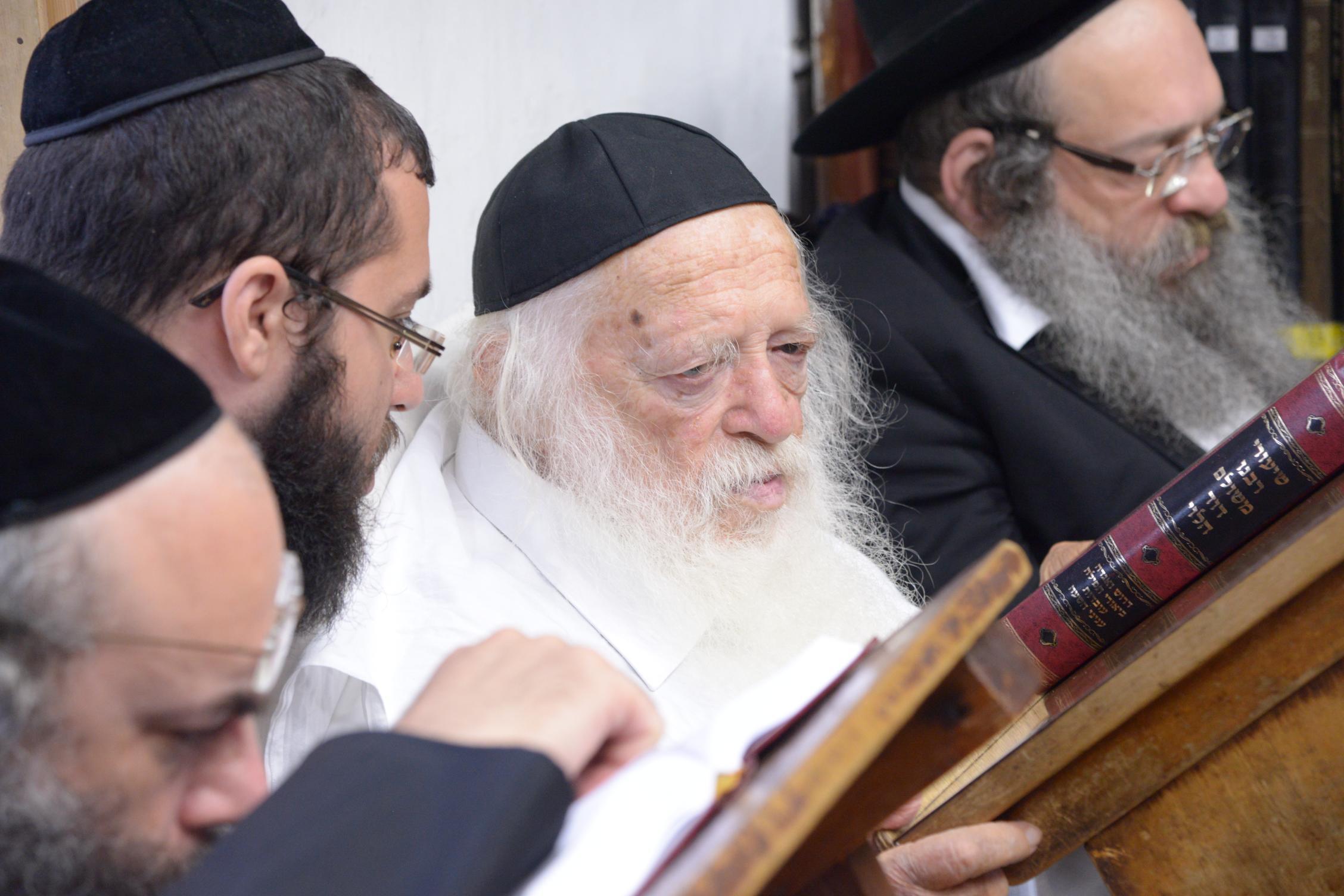 ניחום אבלים אצל מרן הגר''ח בהם הגאב''ד, הרב לאו, נבנצל ועוד צילם משה גולדשטיין (30)