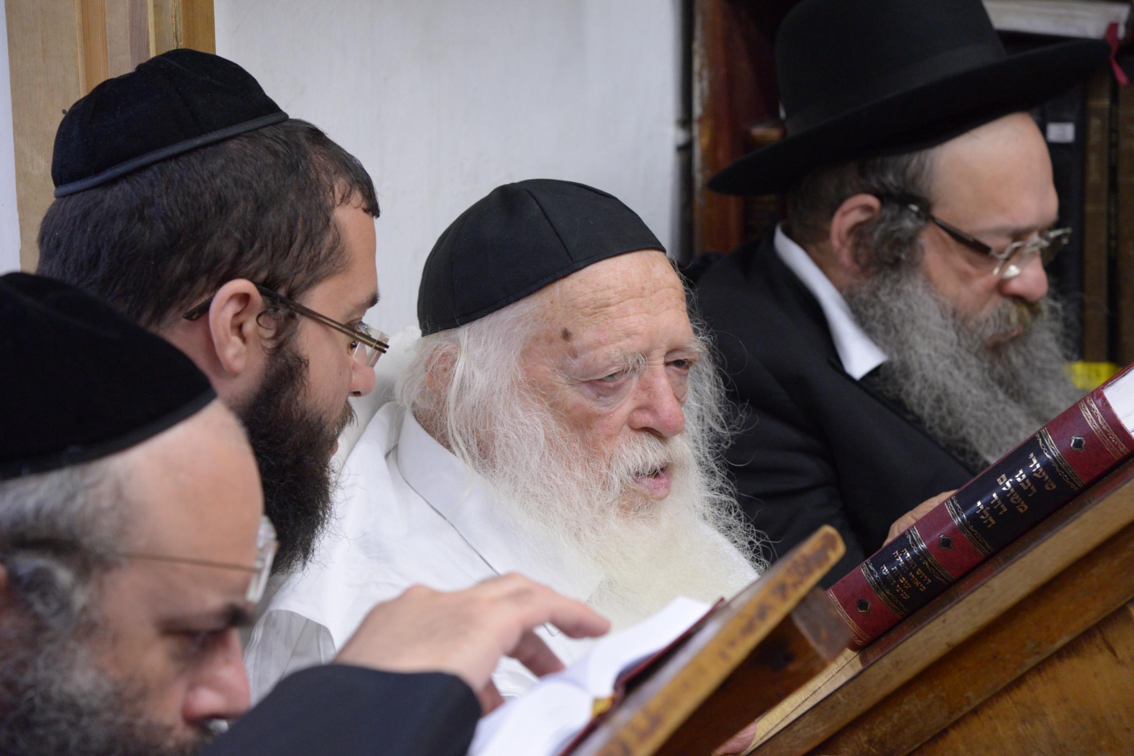 ניחום אבלים אצל מרן הגר''ח בהם הגאב''ד, הרב לאו, נבנצל ועוד צילם משה גולדשטיין (31)