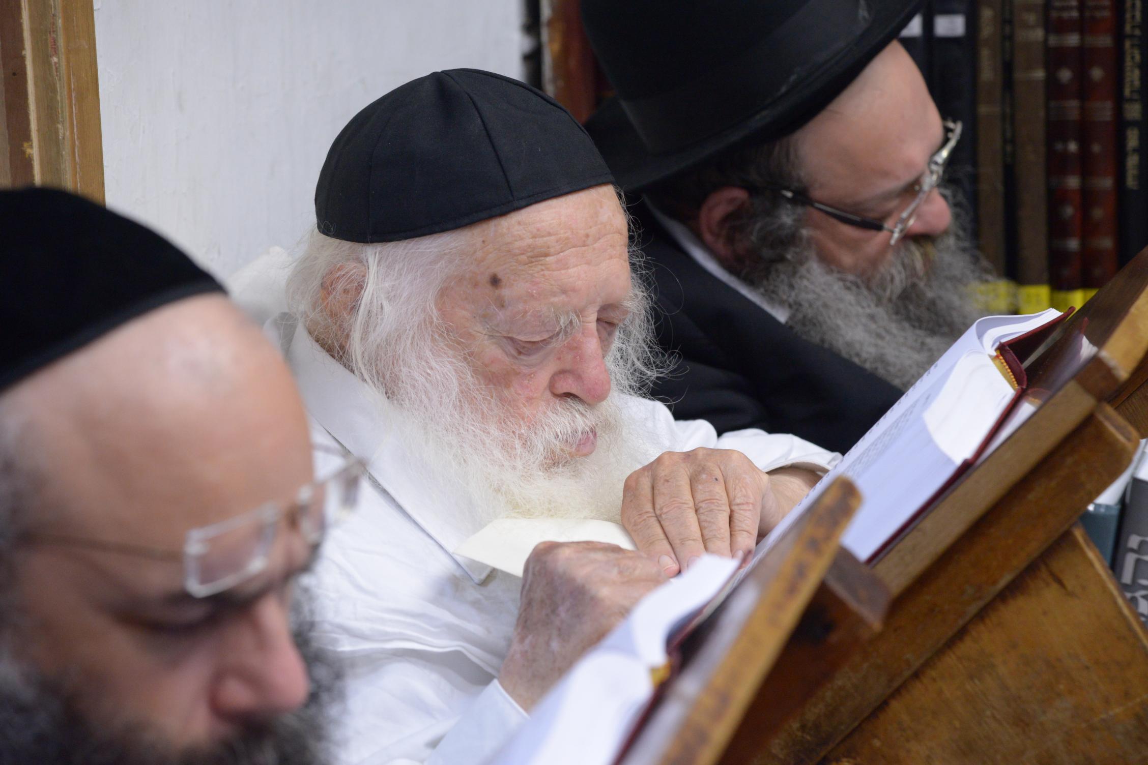 ניחום אבלים אצל מרן הגר''ח בהם הגאב''ד, הרב לאו, נבנצל ועוד צילם משה גולדשטיין (33)
