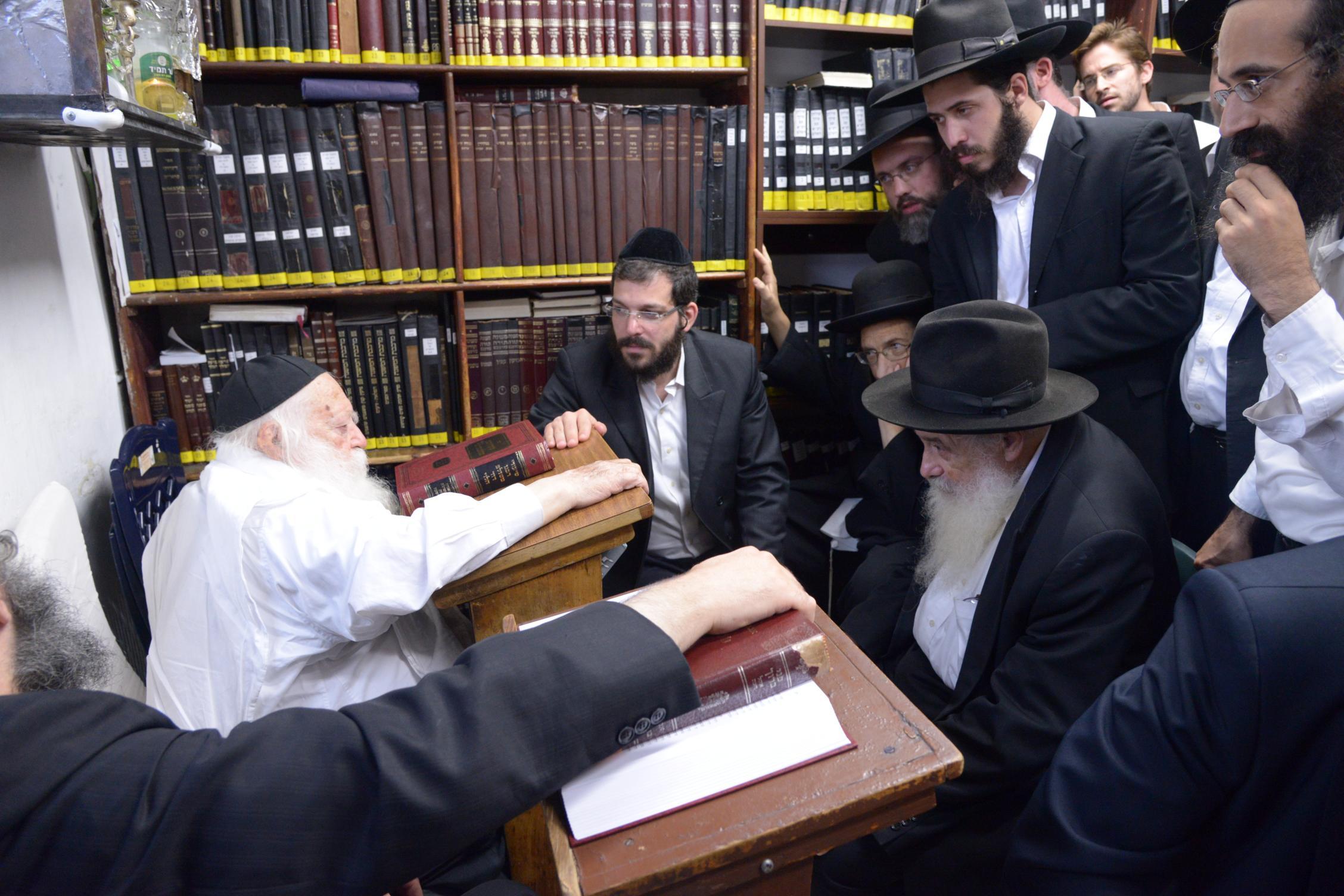 ניחום אבלים אצל מרן הגר''ח בהם הגאב''ד, הרב לאו, נבנצל ועוד צילם משה גולדשטיין (34)