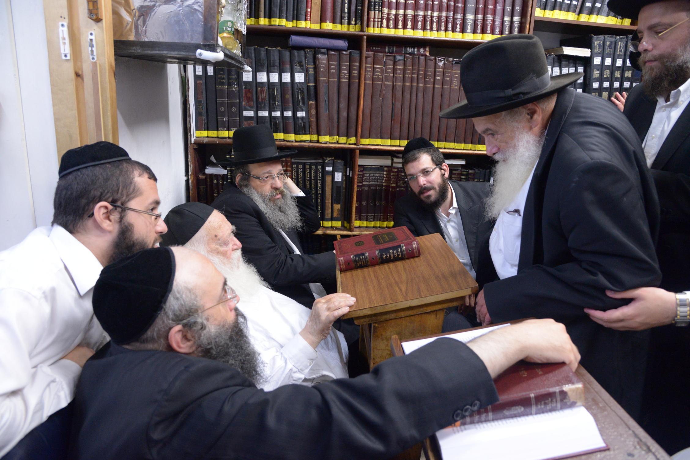ניחום אבלים אצל מרן הגר''ח בהם הגאב''ד, הרב לאו, נבנצל ועוד צילם משה גולדשטיין (35)