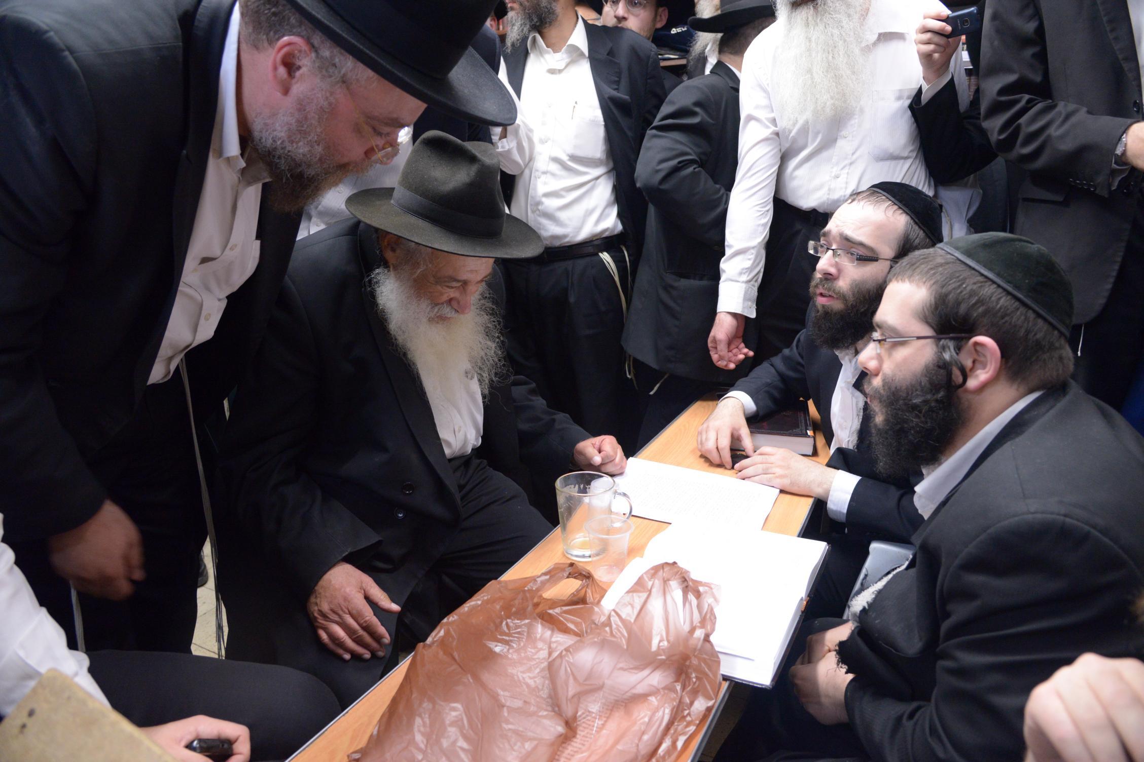 ניחום אבלים אצל מרן הגר''ח בהם הגאב''ד, הרב לאו, נבנצל ועוד צילם משה גולדשטיין (36)