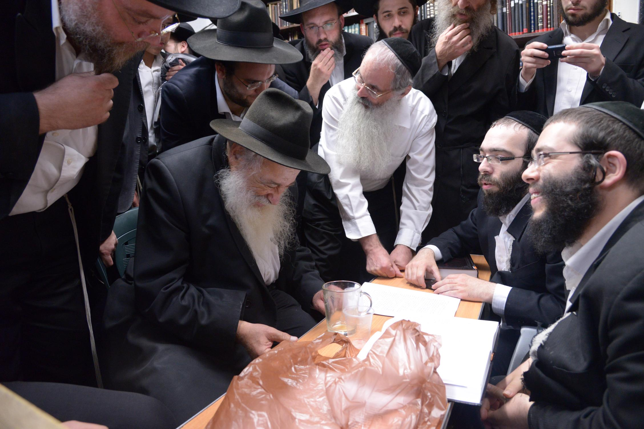 ניחום אבלים אצל מרן הגר''ח בהם הגאב''ד, הרב לאו, נבנצל ועוד צילם משה גולדשטיין (37)