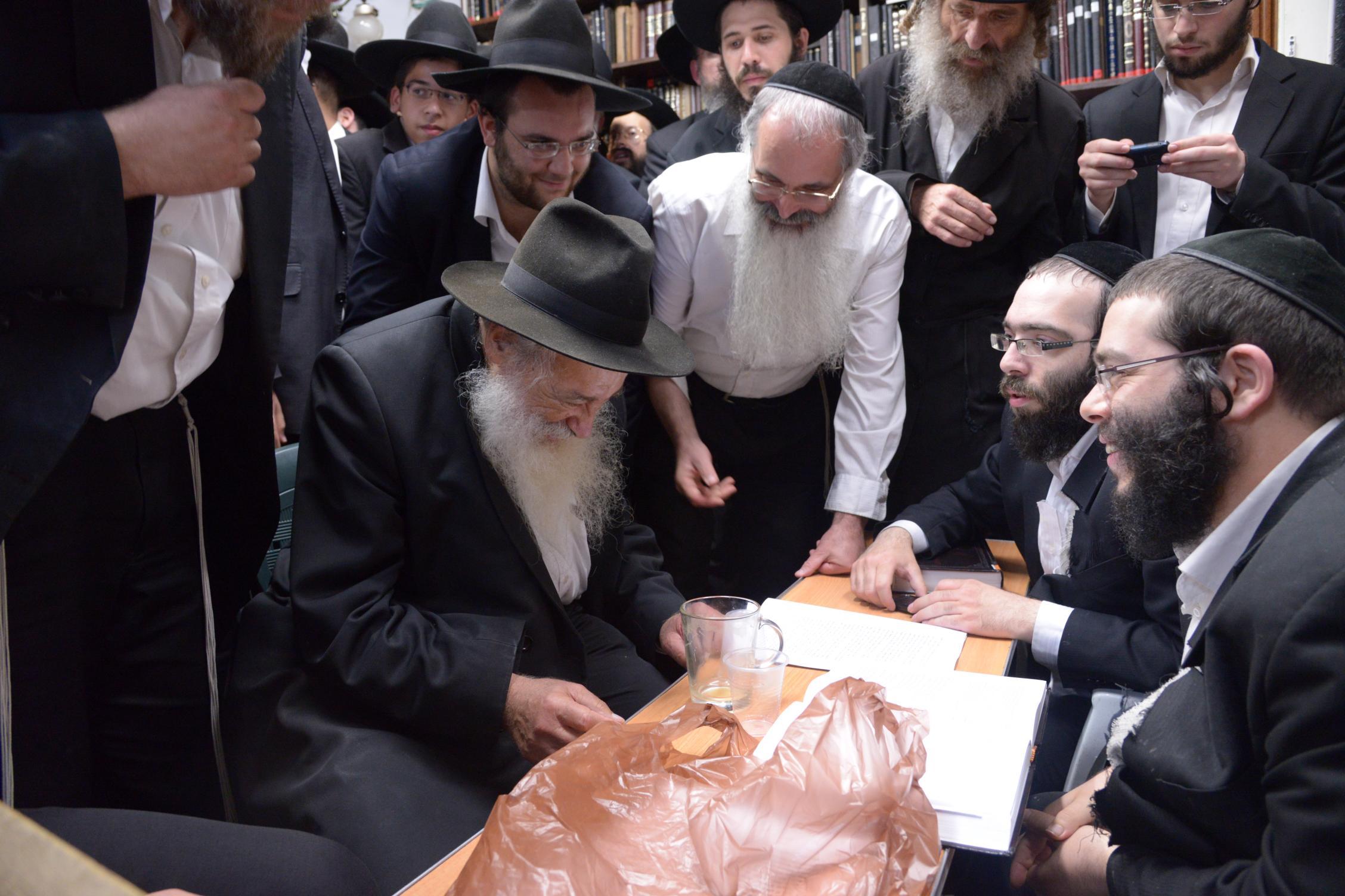 ניחום אבלים אצל מרן הגר''ח בהם הגאב''ד, הרב לאו, נבנצל ועוד צילם משה גולדשטיין (38)