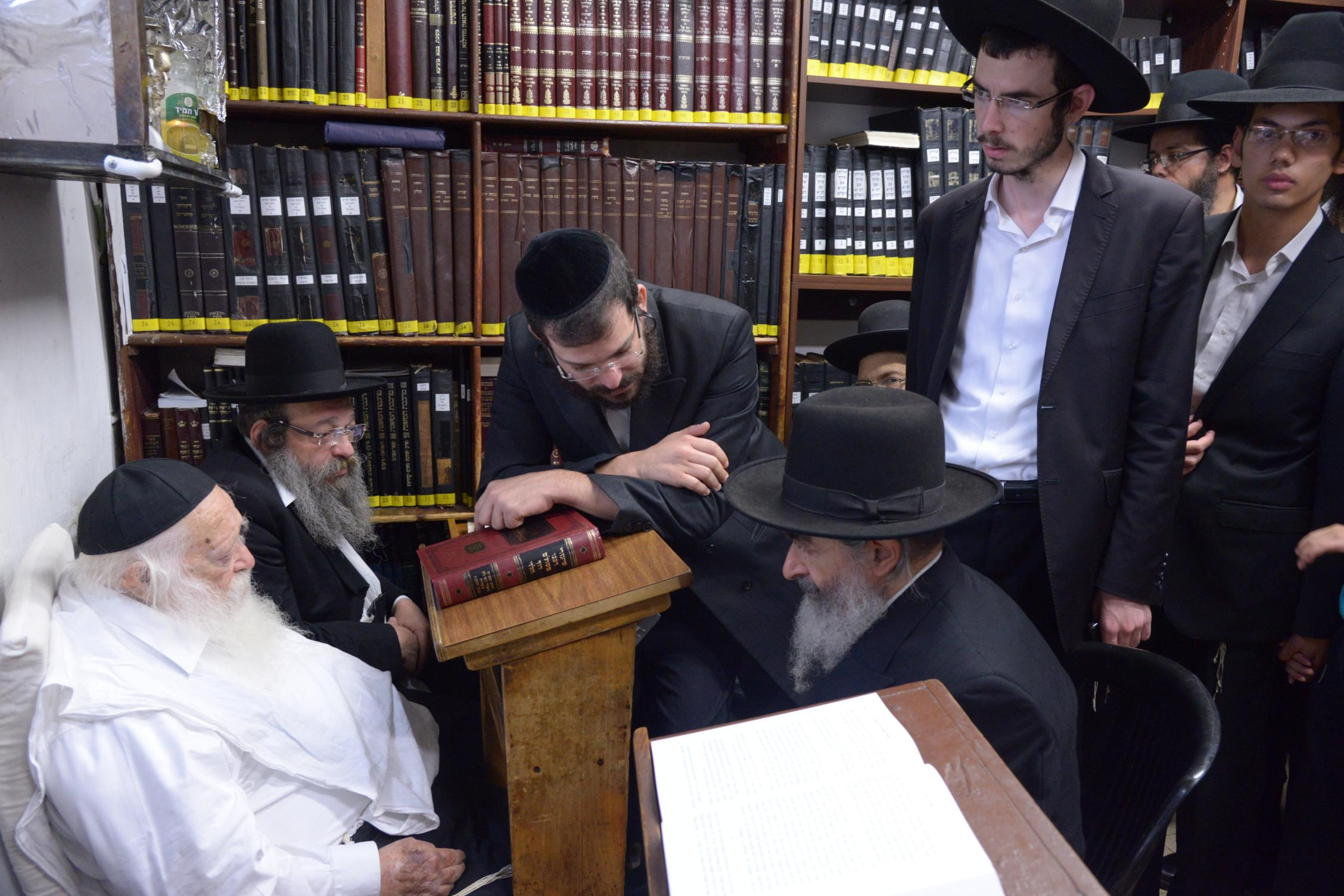 ניחום אבלים אצל מרן הגר''ח בהם הגאב''ד, הרב לאו, נבנצל ועוד צילם משה גולדשטיין (4)