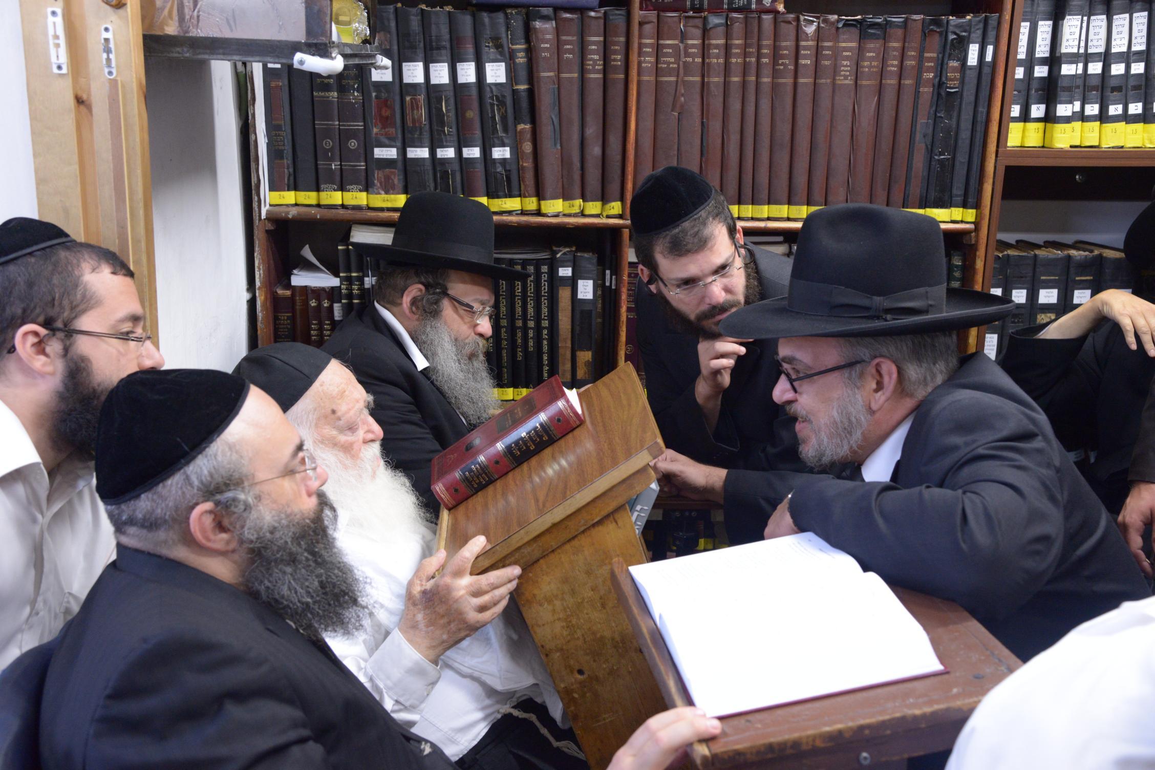 ניחום אבלים אצל מרן הגר''ח בהם הגאב''ד, הרב לאו, נבנצל ועוד צילם משה גולדשטיין (40)