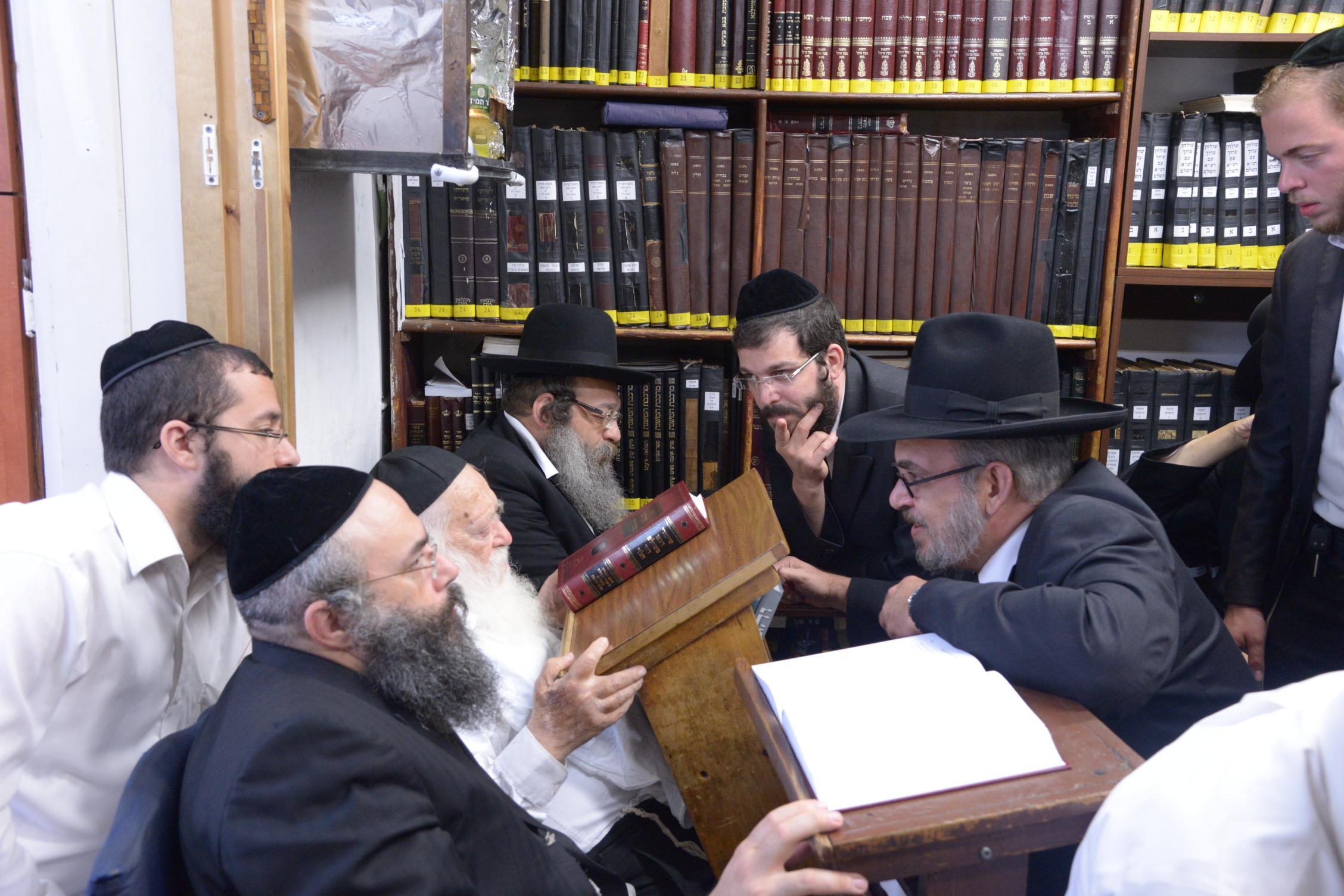 ניחום אבלים אצל מרן הגר''ח בהם הגאב''ד, הרב לאו, נבנצל ועוד צילם משה גולדשטיין (41)