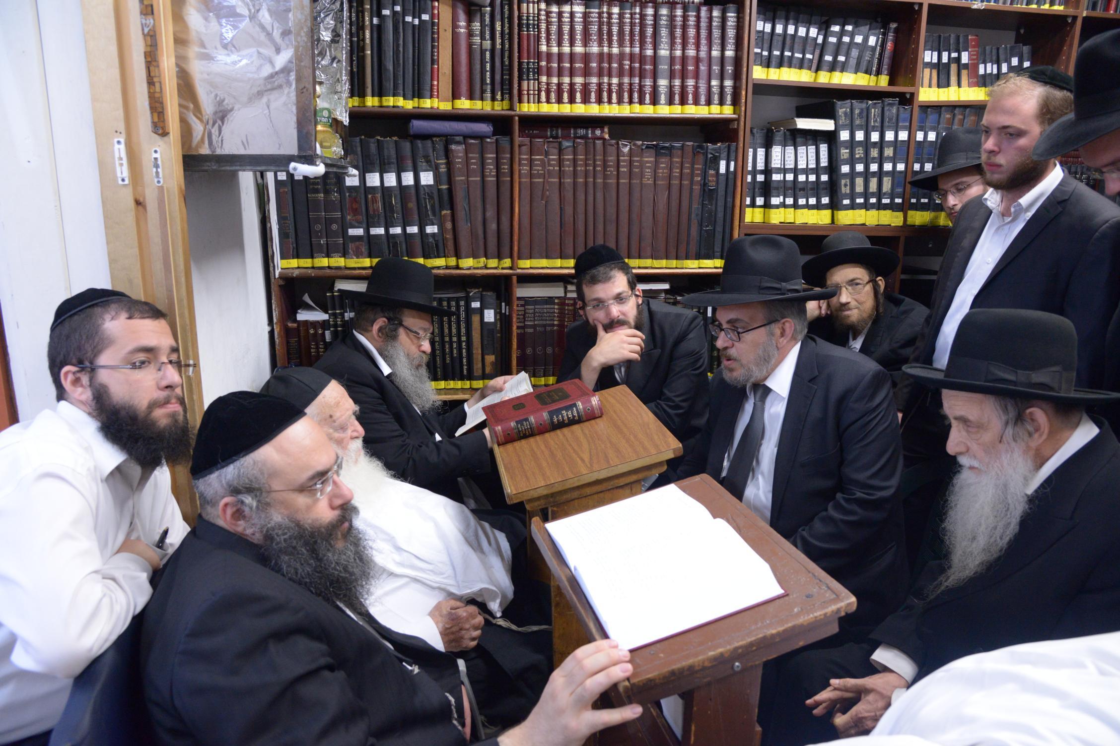ניחום אבלים אצל מרן הגר''ח בהם הגאב''ד, הרב לאו, נבנצל ועוד צילם משה גולדשטיין (42)