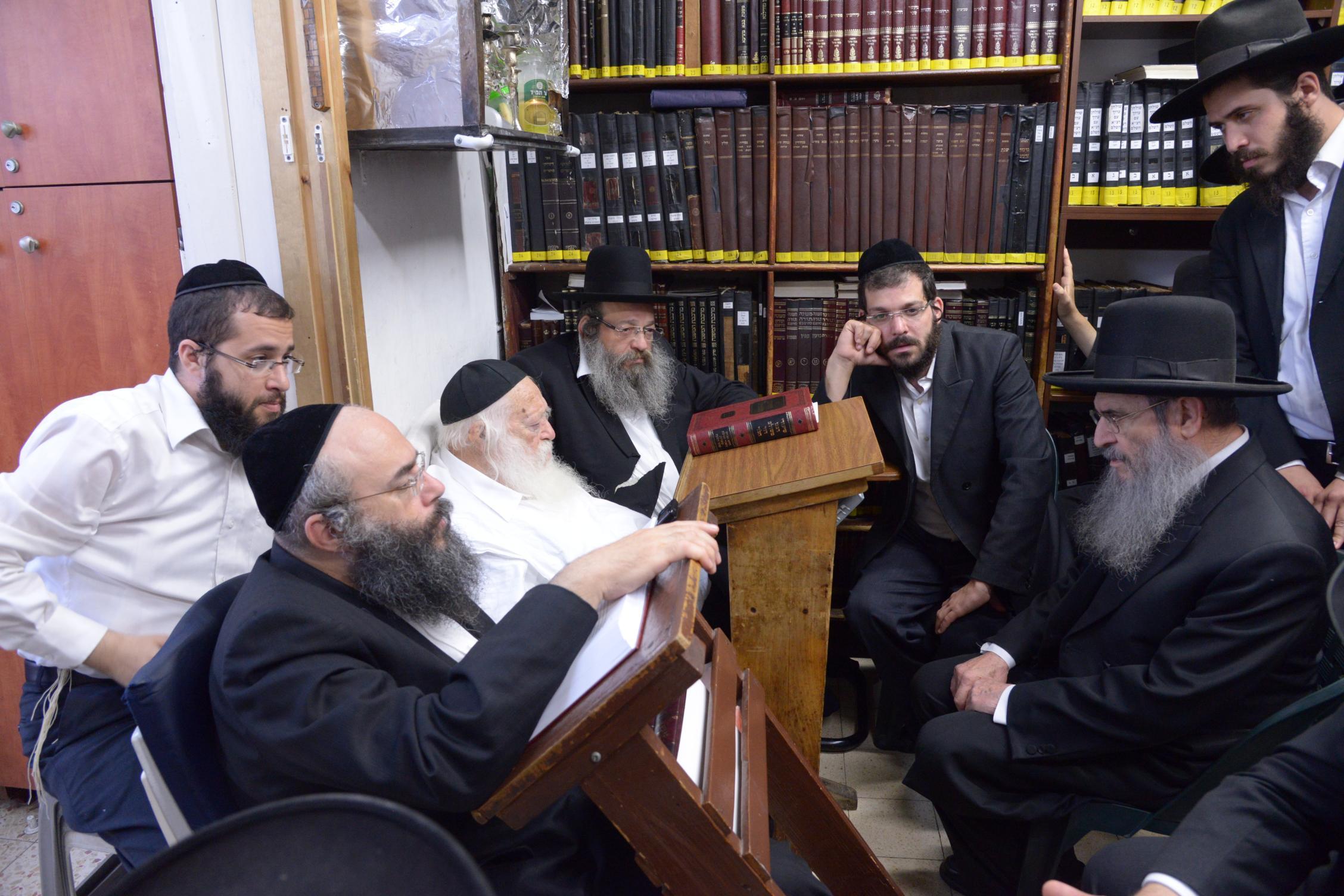 ניחום אבלים אצל מרן הגר''ח בהם הגאב''ד, הרב לאו, נבנצל ועוד צילם משה גולדשטיין (43)