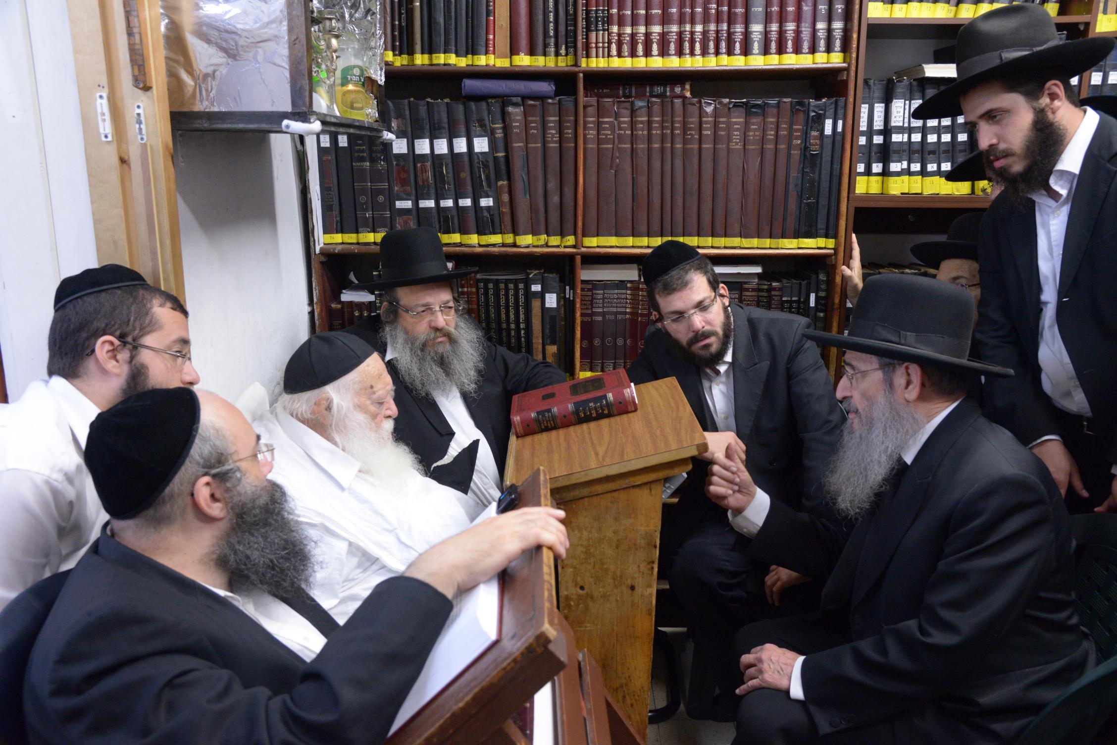 ניחום אבלים אצל מרן הגר''ח בהם הגאב''ד, הרב לאו, נבנצל ועוד צילם משה גולדשטיין (44)