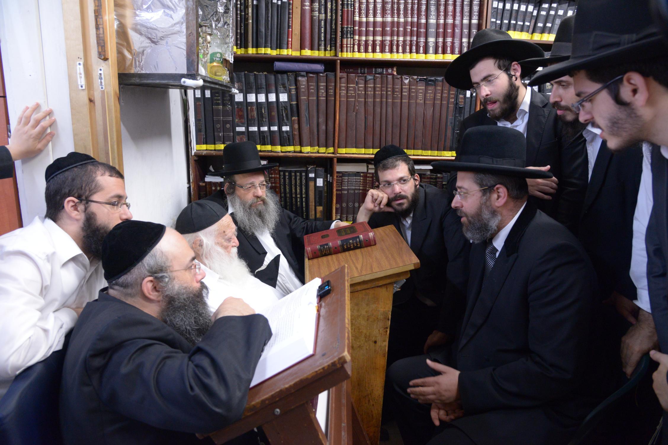 ניחום אבלים אצל מרן הגר''ח בהם הגאב''ד, הרב לאו, נבנצל ועוד צילם משה גולדשטיין (45)