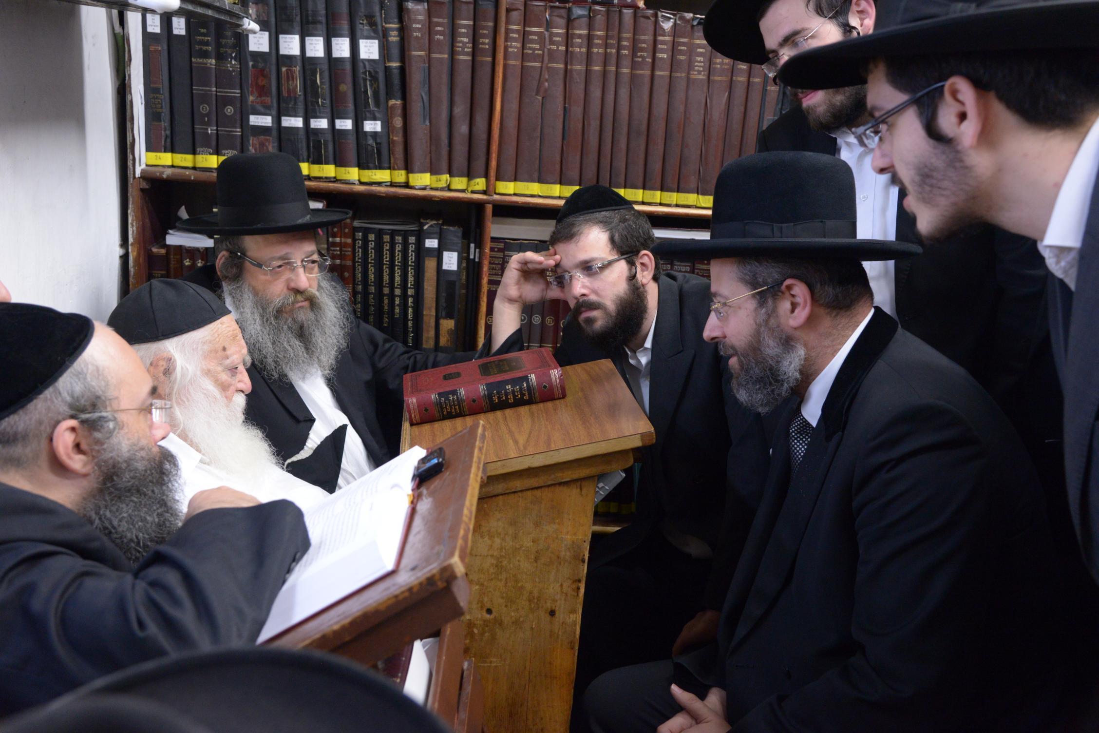 ניחום אבלים אצל מרן הגר''ח בהם הגאב''ד, הרב לאו, נבנצל ועוד צילם משה גולדשטיין (46)