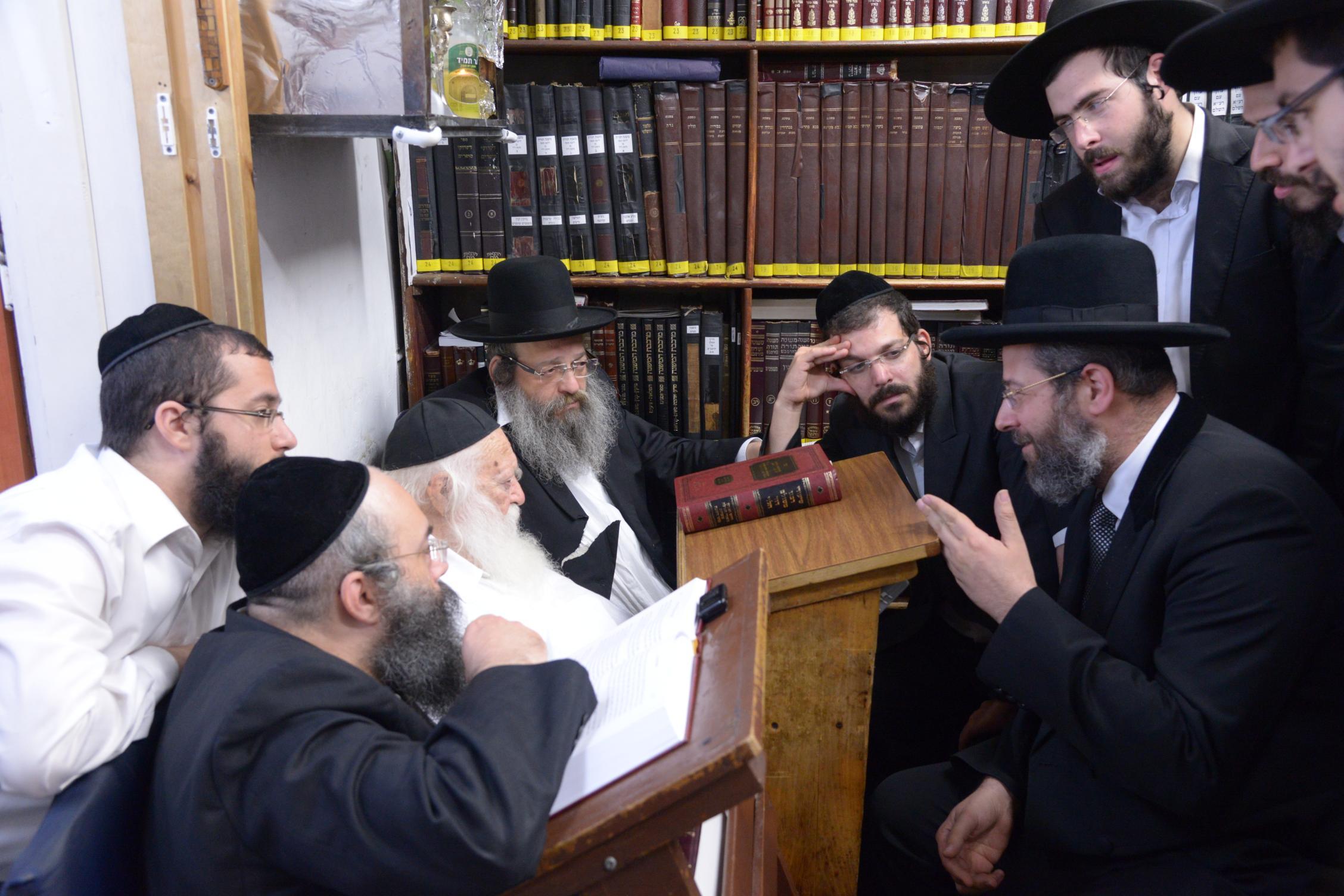 ניחום אבלים אצל מרן הגר''ח בהם הגאב''ד, הרב לאו, נבנצל ועוד צילם משה גולדשטיין (47)