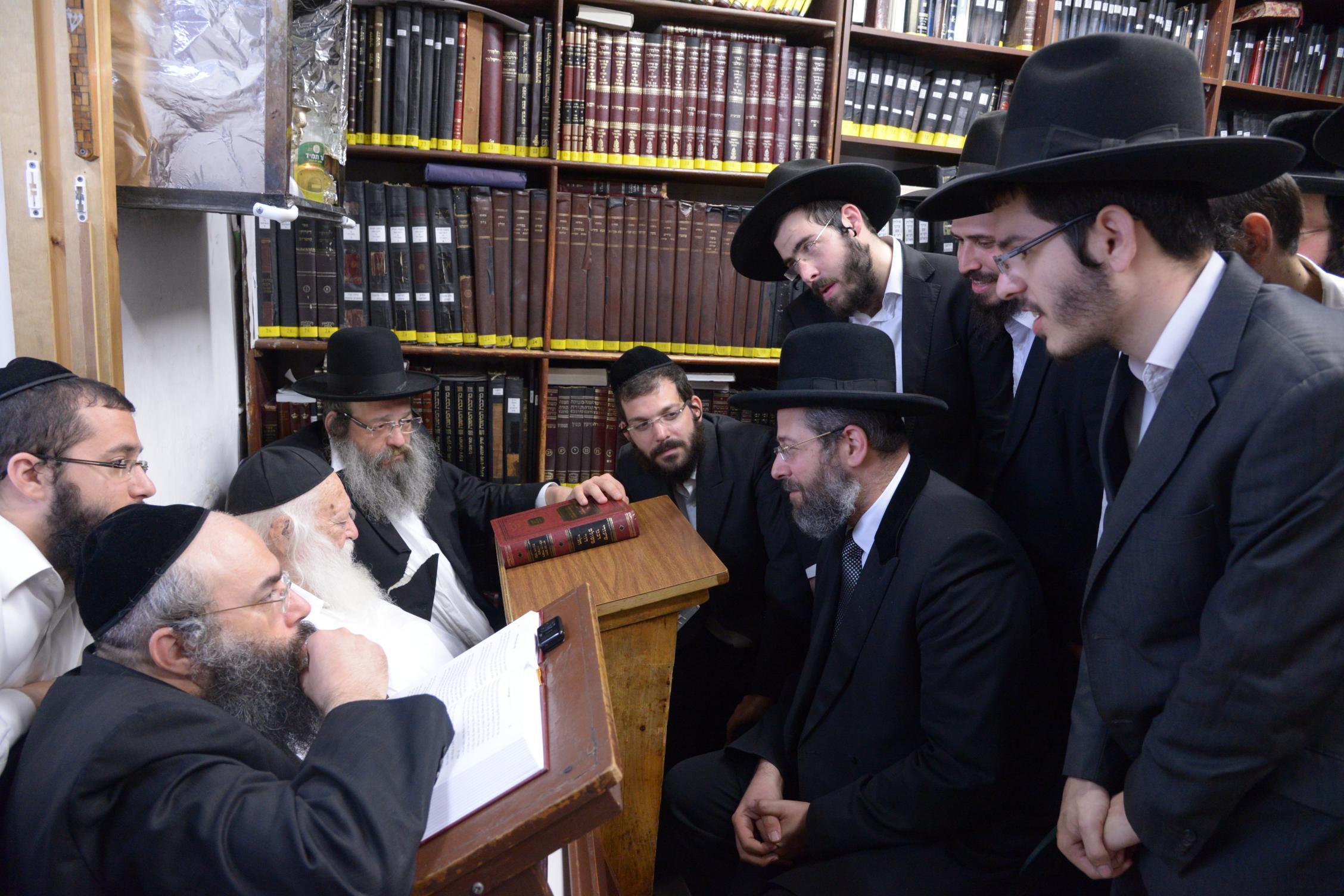 ניחום אבלים אצל מרן הגר''ח בהם הגאב''ד, הרב לאו, נבנצל ועוד צילם משה גולדשטיין (48)
