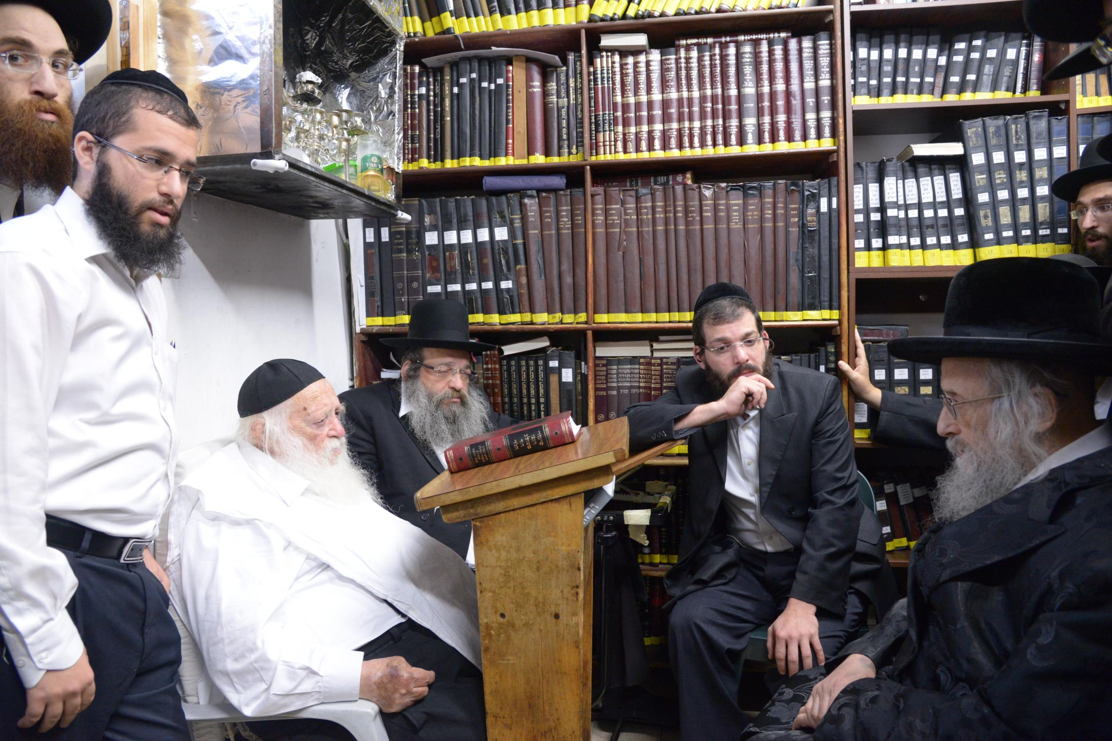 ניחום אבלים אצל מרן הגר''ח בהם הגאב''ד, הרב לאו, נבנצל ועוד צילם משה גולדשטיין (5)