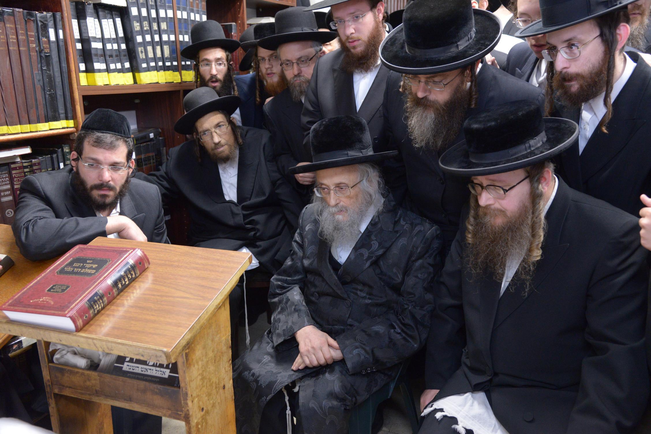 ניחום אבלים אצל מרן הגר''ח בהם הגאב''ד, הרב לאו, נבנצל ועוד צילם משה גולדשטיין (6)