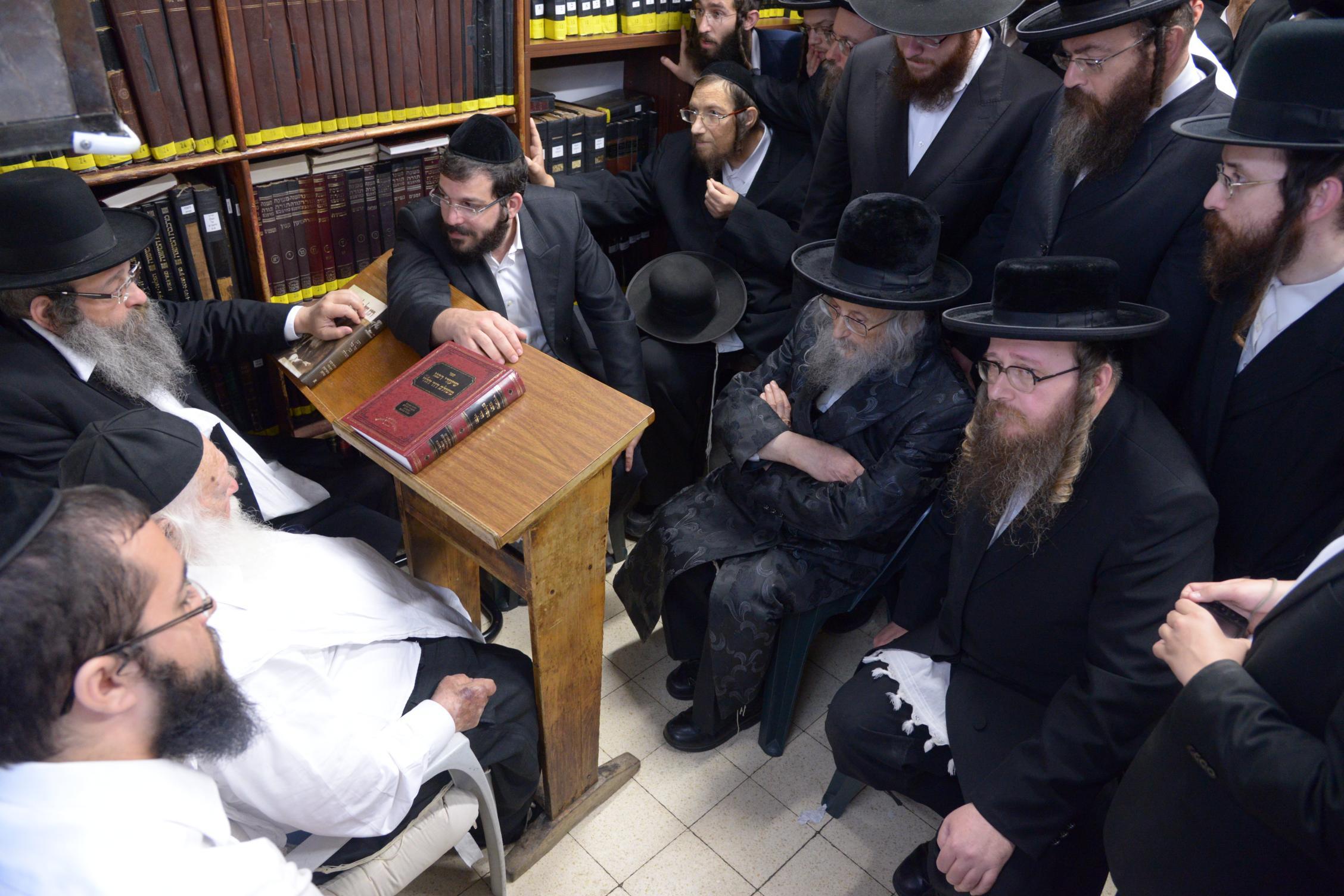 ניחום אבלים אצל מרן הגר''ח בהם הגאב''ד, הרב לאו, נבנצל ועוד צילם משה גולדשטיין (7)