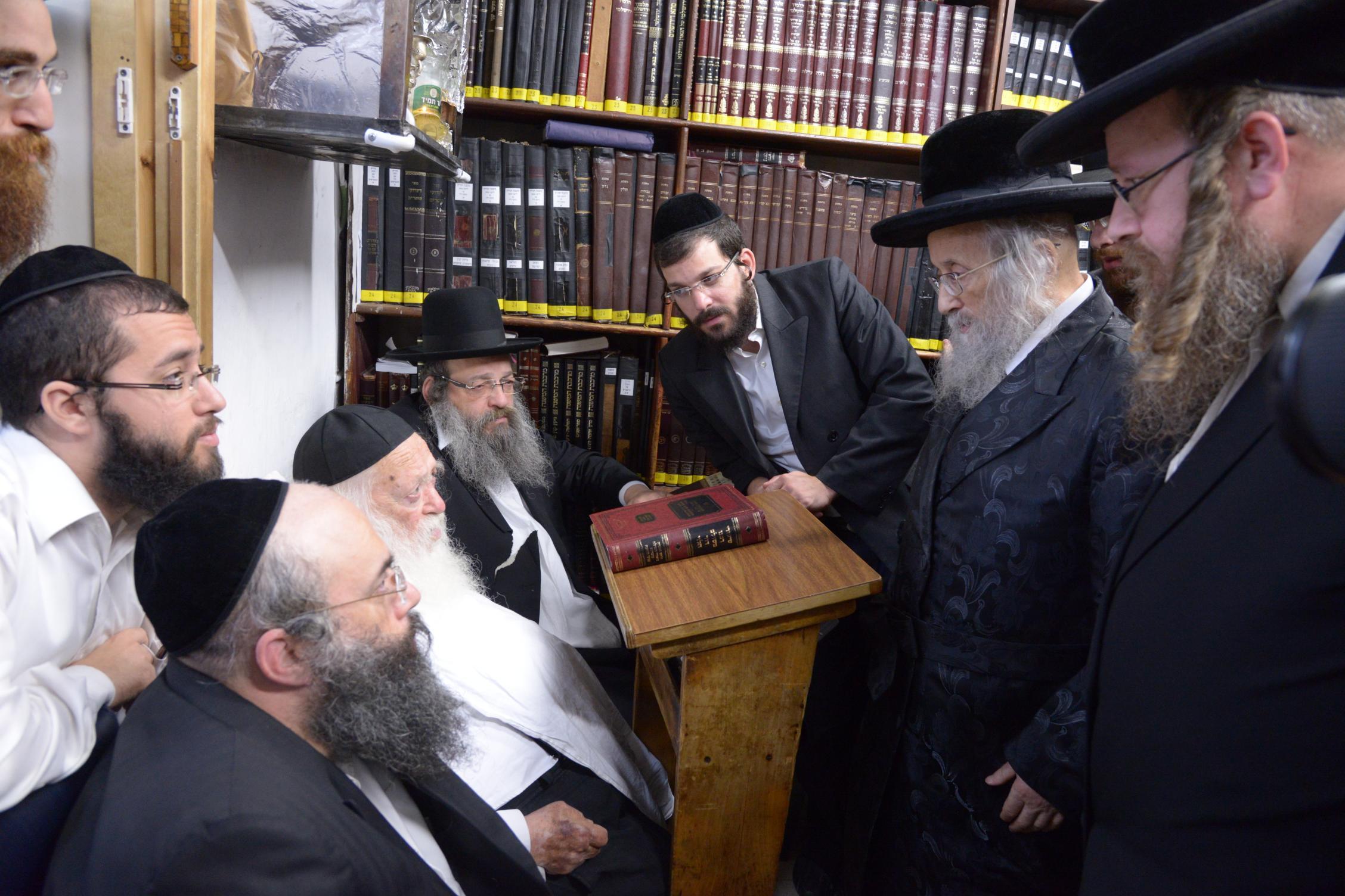 ניחום אבלים אצל מרן הגר''ח בהם הגאב''ד, הרב לאו, נבנצל ועוד צילם משה גולדשטיין (8)